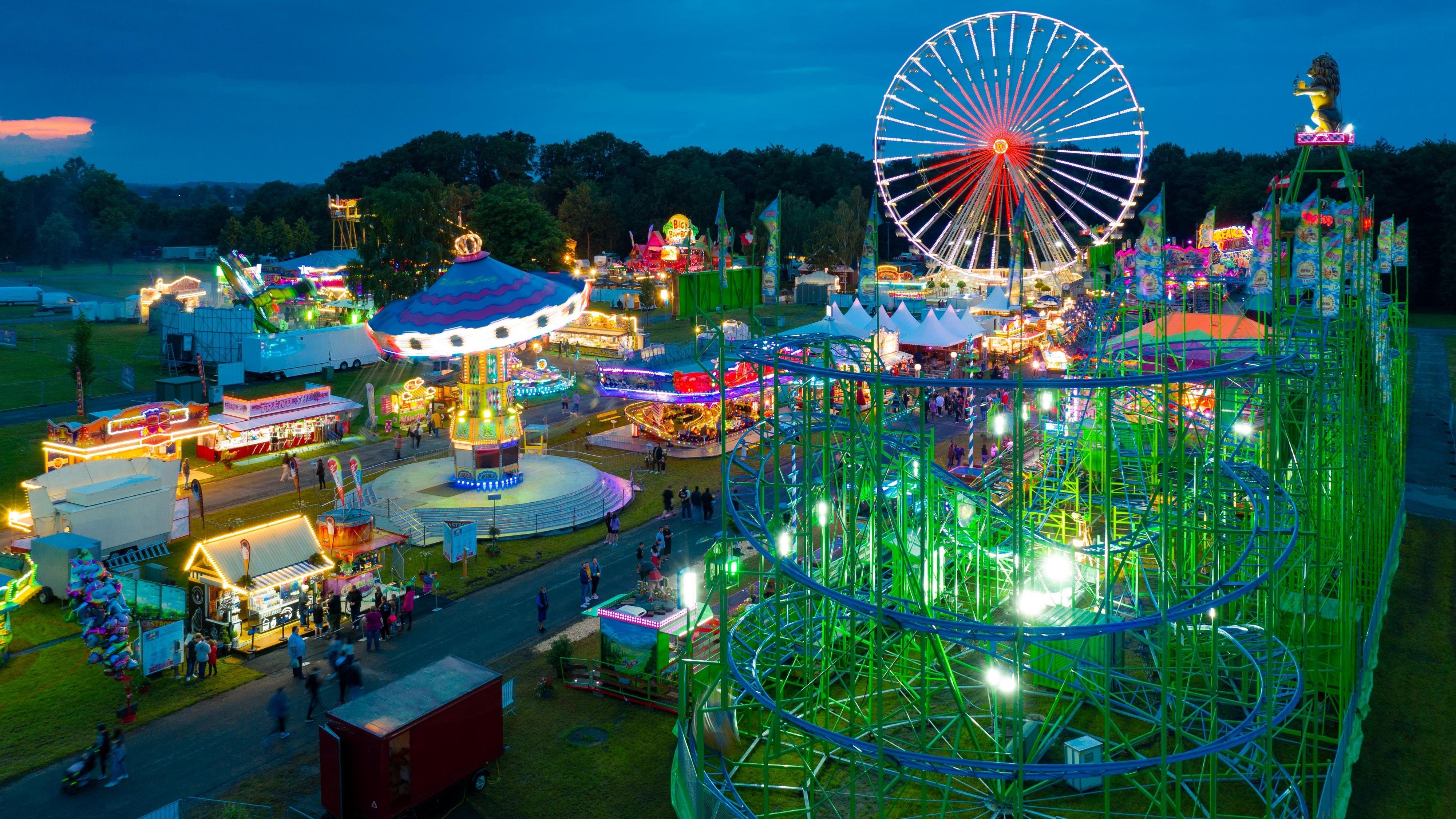 Blick aus der Luft auf den Freizeitpark: Das Riesenrad ist ein Hingucker – besonders abends. Foto: Matthias Niehues