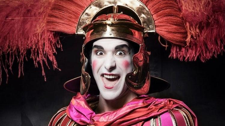 Mit Verkleidung und viel Make-up: So sieht Christian Fröhlich öfters für die Vorstellungen im Landestheater Linz aus. Foto: Landestheater Linz