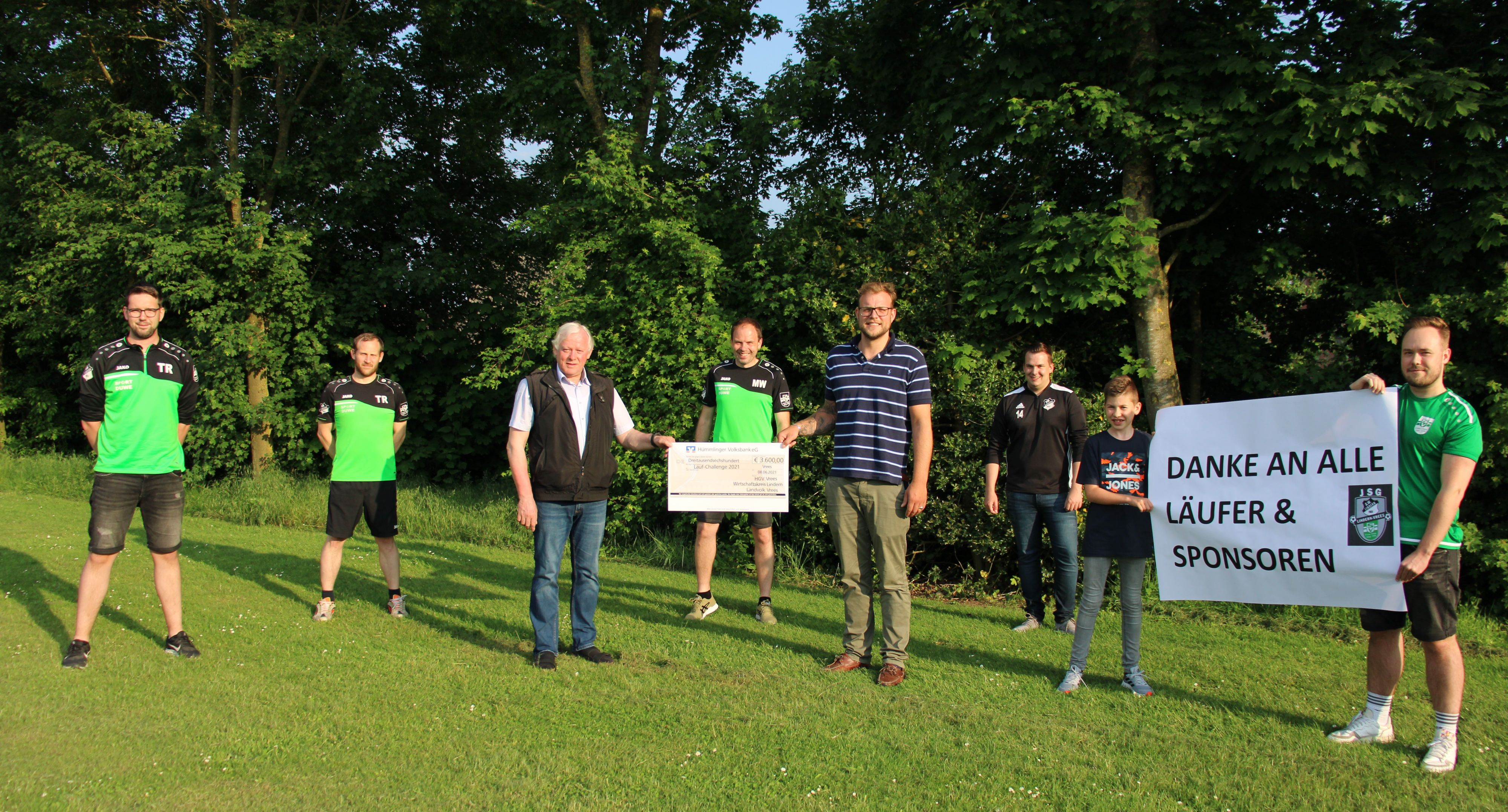 Spendenübergabe: Die Organisatoren der Challenge mit Sponsoren. Foto: Wessels