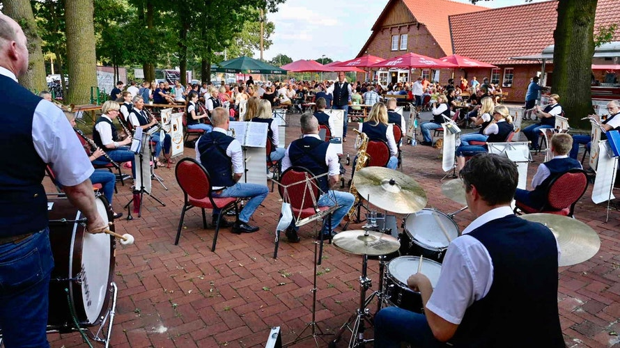 Musik liegt in der Luft: Das Kolpingorchester Vechta hat bereits im vergangenen Jahr trotz Absage des Stoppelmarktes auf dem Hof Oldehus gespielt. Am Donnerstag gibt es eine Neuauflage des Konzerts. Foto: M. Niehues
