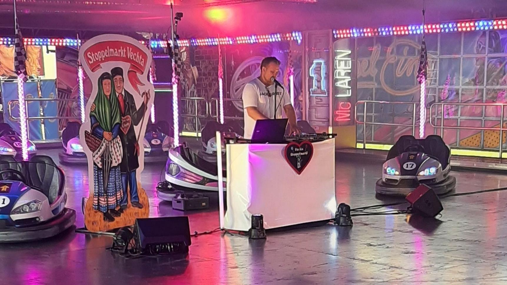 """Party auf dem Autoscooter:Frank Nuxoll aliasDJ Nucki hat am Dienstagabend ein Musikprogramm für den """"Digitalen Stoppelmarkt"""" aufgezeichnet. Foto: Stadt Vechta"""