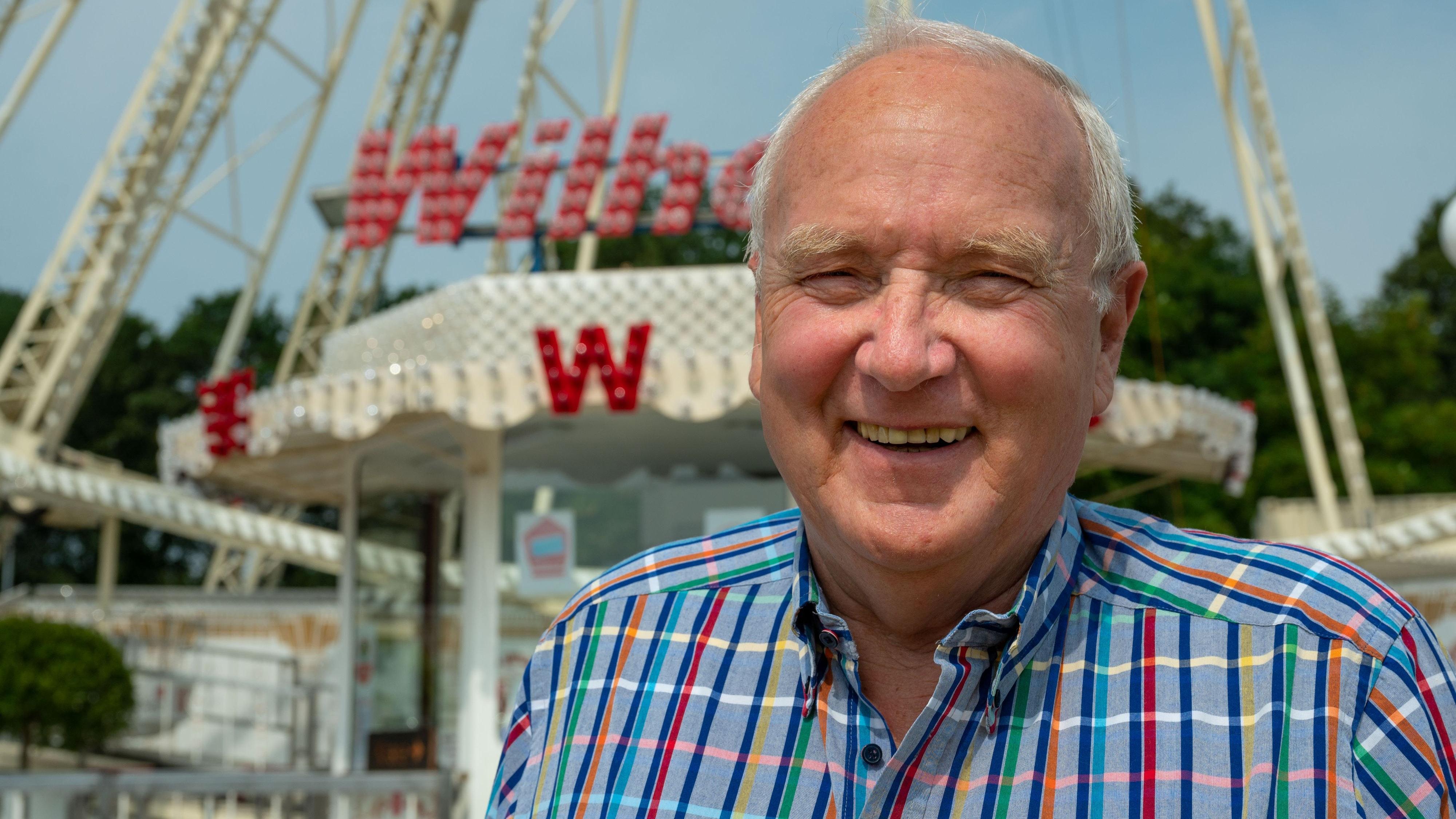 Stets ein Lächeln auf den Lippen: Klaus Wilhelm vor seinem Riesenrad auf der Westerheide. Foto: M. Niehues