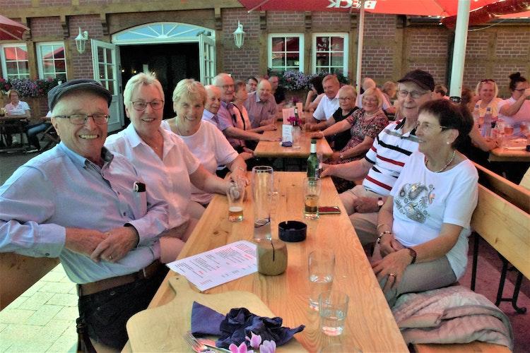 Geburtstagsgesellschaft bei Oldehus: Annelie Böske feierte mit Clique und Familie ihren runden Ehrentag nach. Foto: Kühn
