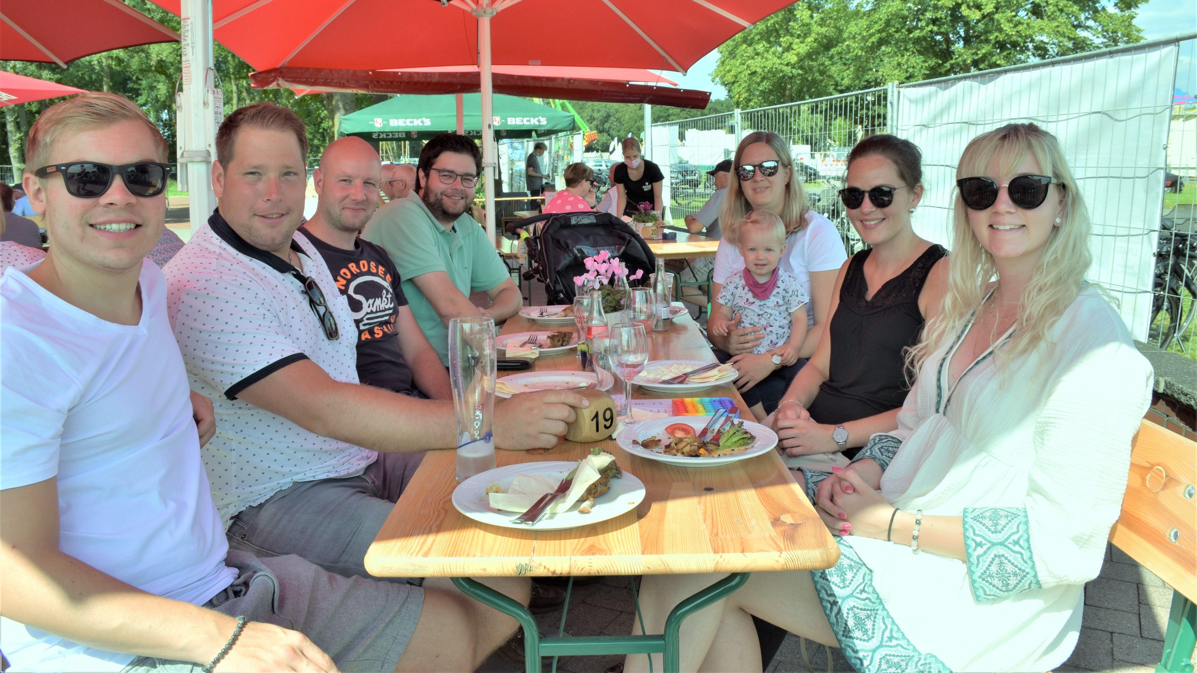"""Besucher aus Goldenstedt: Gemeinsam wurde bei Oldehus gespeist. Jung und """"Alt"""" strahlten für den Fotografen. Foto: Kühn"""