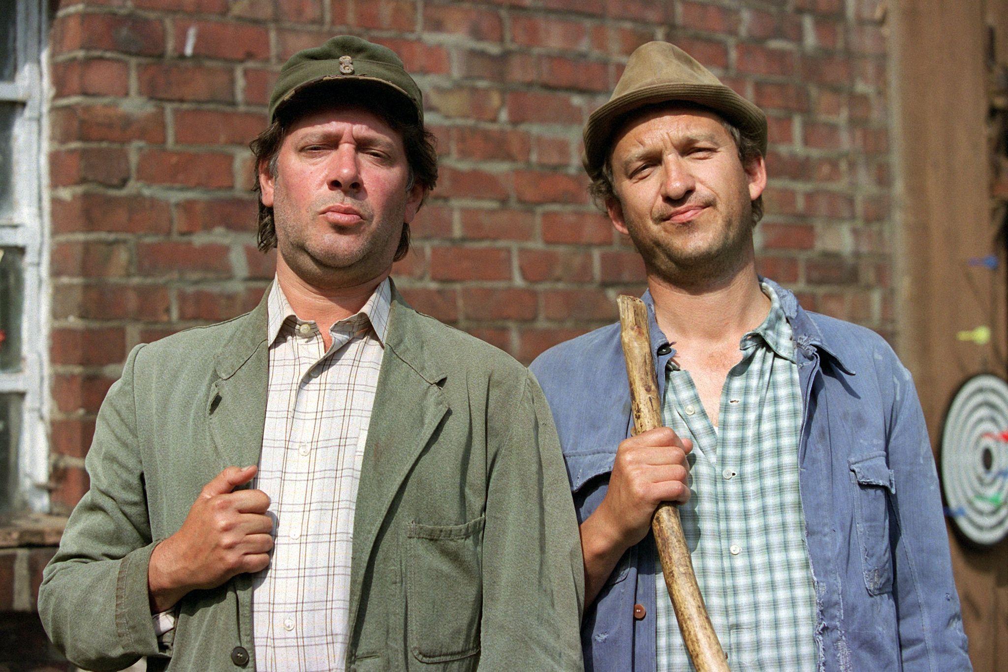 Die Kult-Bauern Kurt Brakelmann (Jan Fedder, l) und Adsche Tönnsen (Peter Heinrich Brix) bei Dreharbeiten. Foto: dpa/Wolfgang Langenstrassen