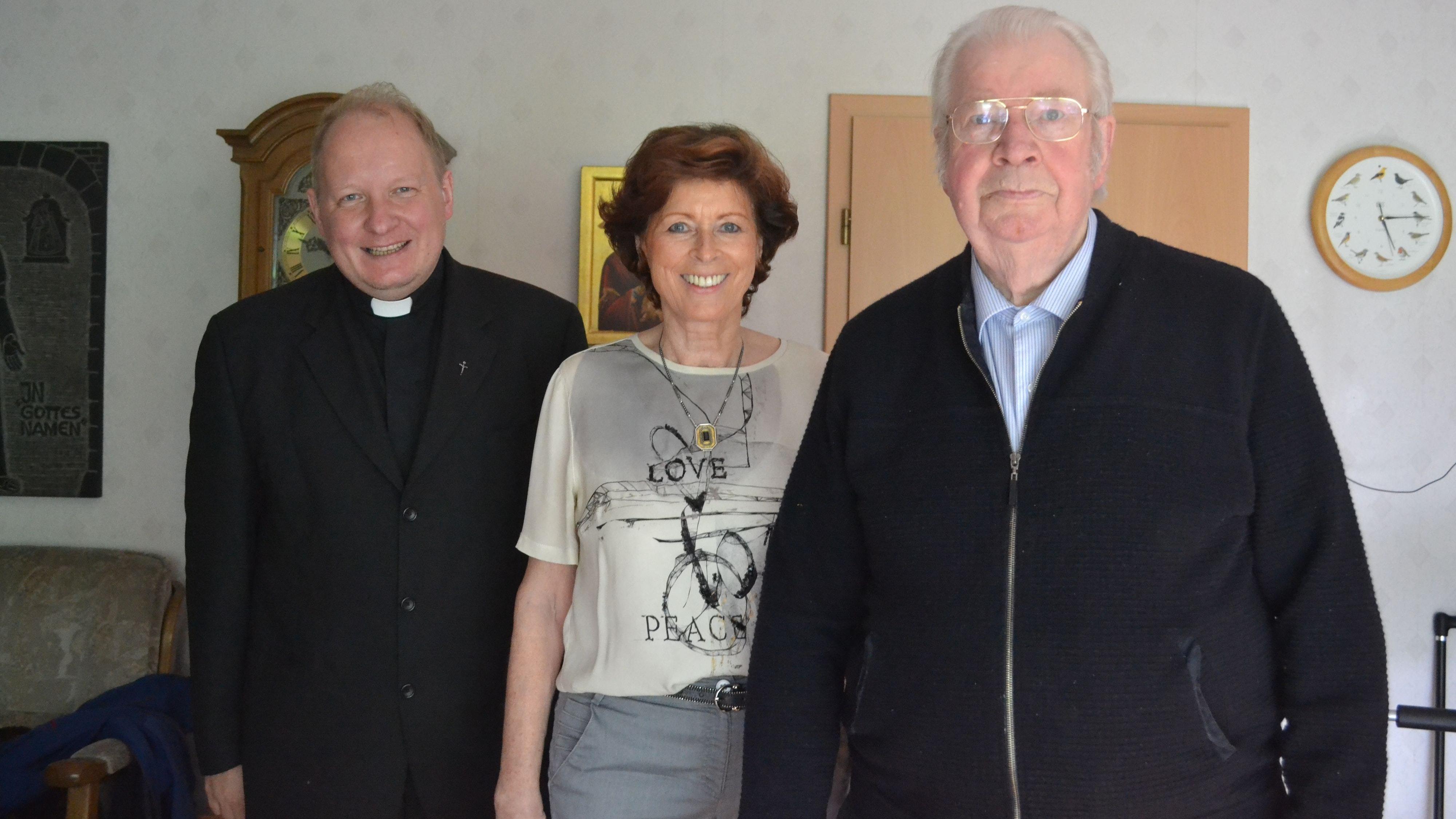 Wollen mit der Gemeinde feiern: Uwe Börner (links), Ria Deeken und Konrad Drees freuen sich auf den Freiluftgottesdienst am Samstag. Foto: Schrimper