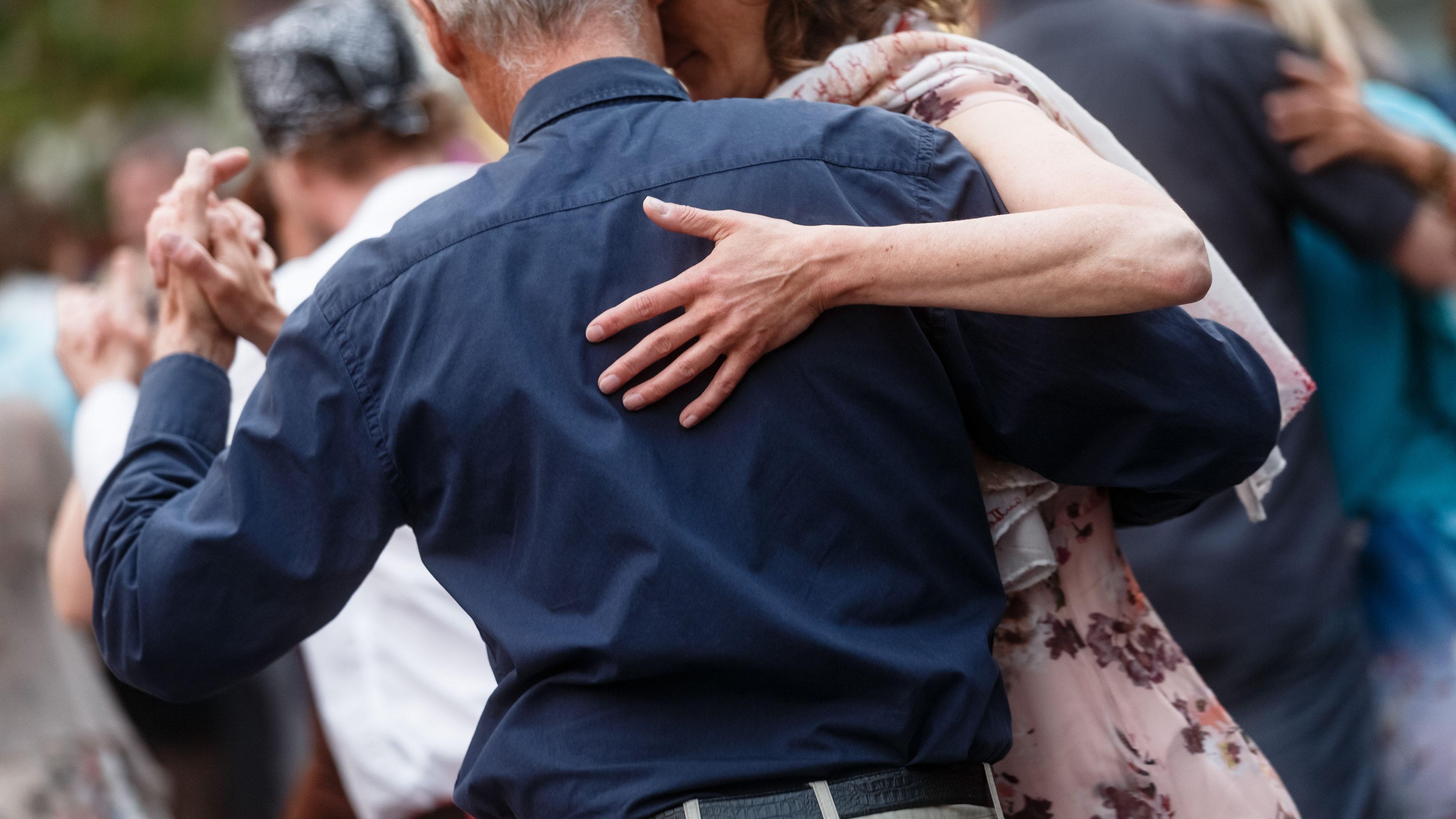 Bis ins hohe Alter möglich: Tanzen ist mit den verschiedensten Rhythmen, Figuren und Drehungen verbunden. Foto: dpa/Scholz