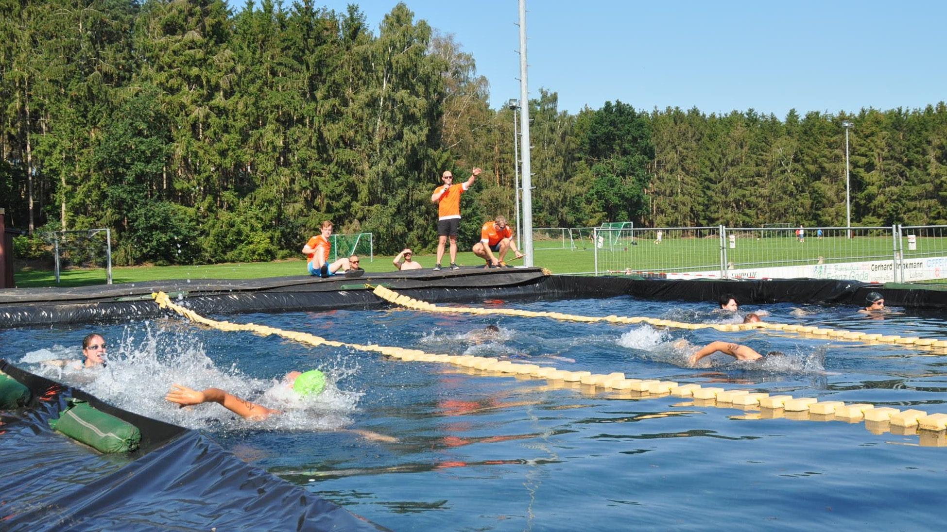 Spektakel auf dem Sportplatz: Das 12 x 30 Meter große Strohbecken ist das Herzstück des Kroger Triathlons. Hier muss jeder Starter 300 Meter zurücklegen. Kurzentschlossene können sich noch am Samstag anmelden. Foto: Andrea Kuchenbuch