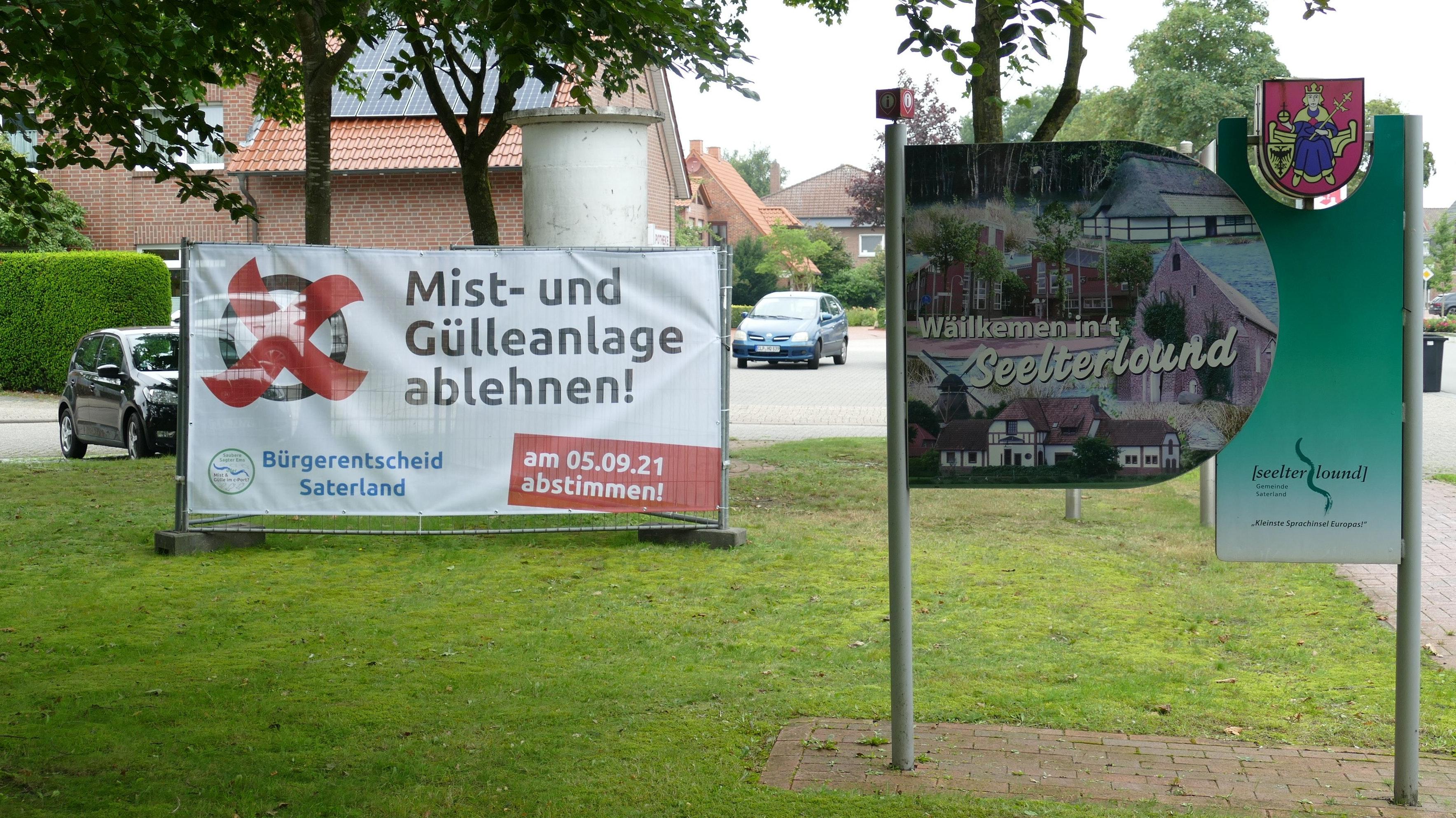 Vereinzelt werben Großplakate in der Gemeinde Saterland für die Teilnahme am Bürgerentscheid am 5. September. Foto: Stix