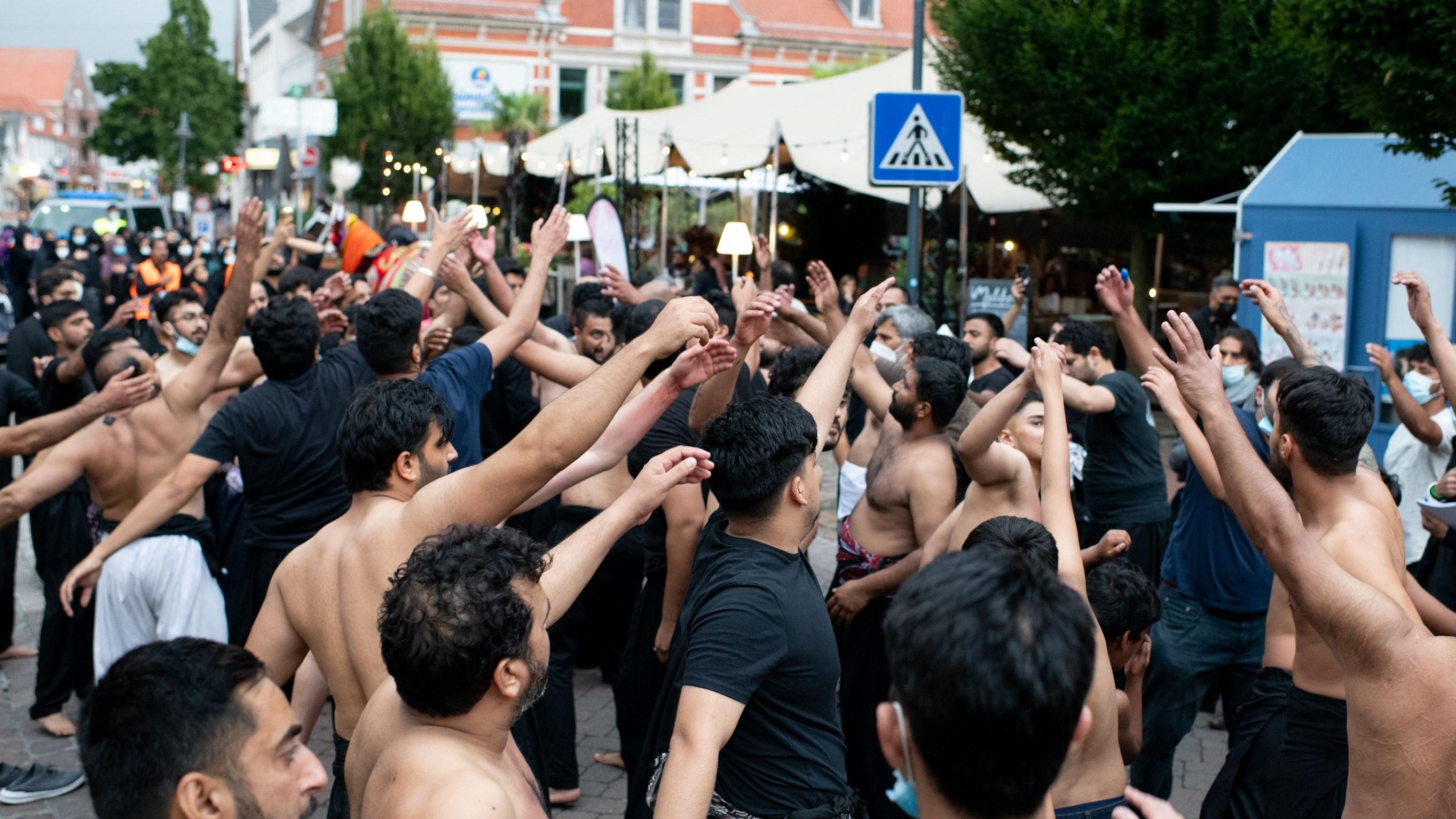 Die Männer schlagen sich im Gebet rhythmisch auf die Brust, um das Leid des Imam Hussain nachzuempfinden. Foto: Chowanietz