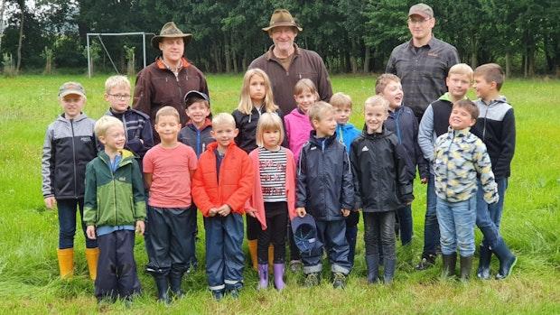 Kinder in Lindern lernen das Leben im Wald kennen
