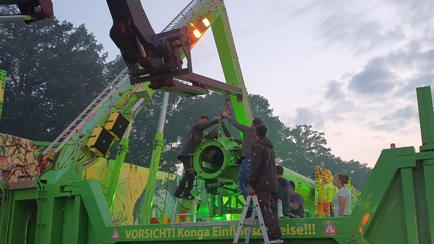 """Die Schausteller bauen ein Teil des Fahrgeschäfts """"Konga"""" ab, um eine Kugel-Drehverbindung einzusetzen. Ab Samstagmittag soll es wieder rund gehen. Foto: Johann Meyer"""