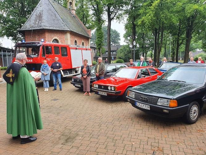 Kirchlicher Segen: Monsignore Dr. Dirk Költgen verteilte zum Abschluss des Gottesdienstes eine Plakette mit dem Christopherus-Bild. Foto: Kessensbr