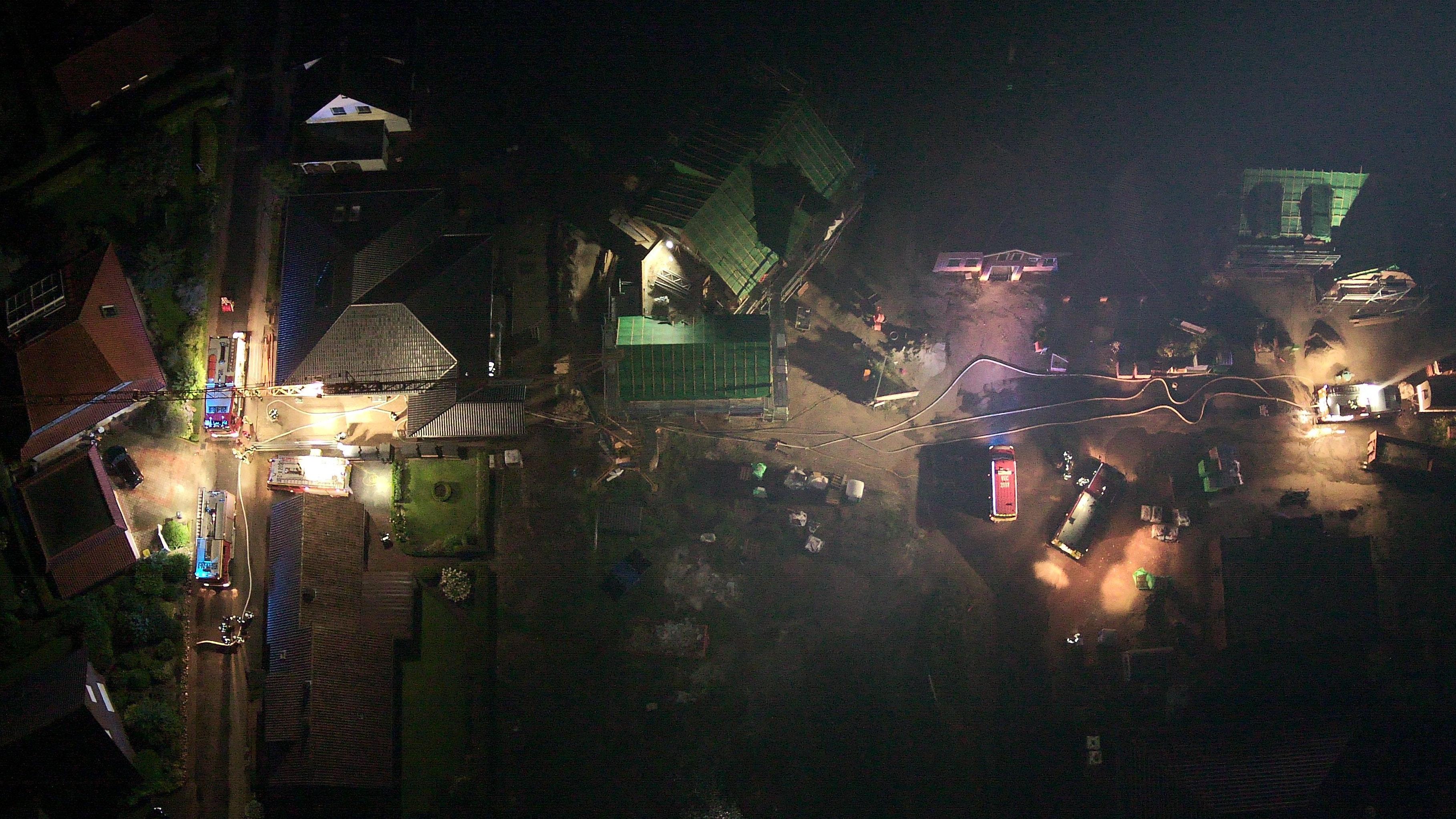 Das Einsatzgeschehen in Bakum aus der Luft: Gut zu sehen sind die verlegten Schläuche und Einsatzfahrzeuge. Foto: Drohnengruppe Feuerwehr