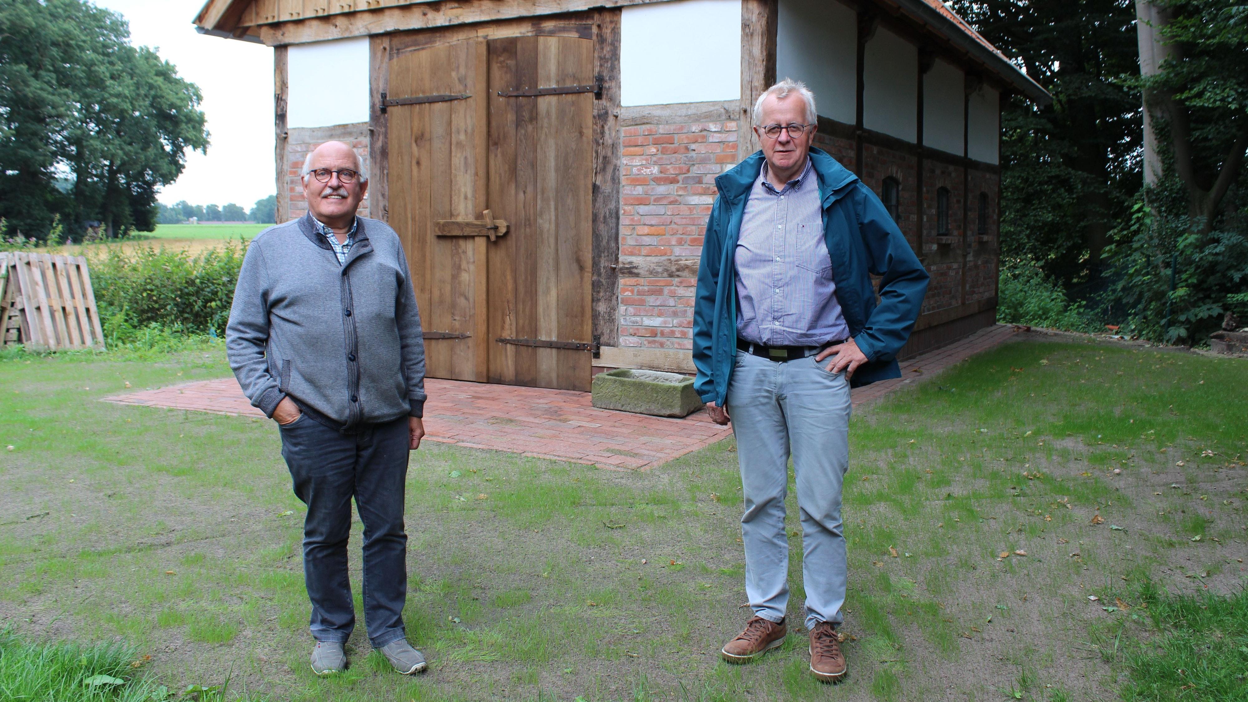 Franz-Josef Göttke (links) und Hubert Kröger vom Heimatverein Bakum berichten über die Aktivitäten während der Pandemie. Foto: Heinzel