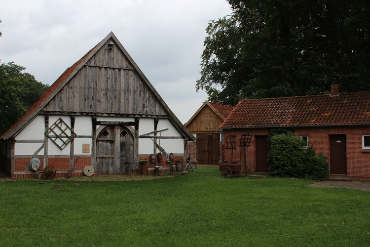 Fügt sich gut in das historische Gebäudeensemble ein: Die Scheune Meistermann ist hinter dem Heuerhaus, in dem auch standesamtliche Trauungen vorgenommen werden, zu sehen. Foto: Heinzel