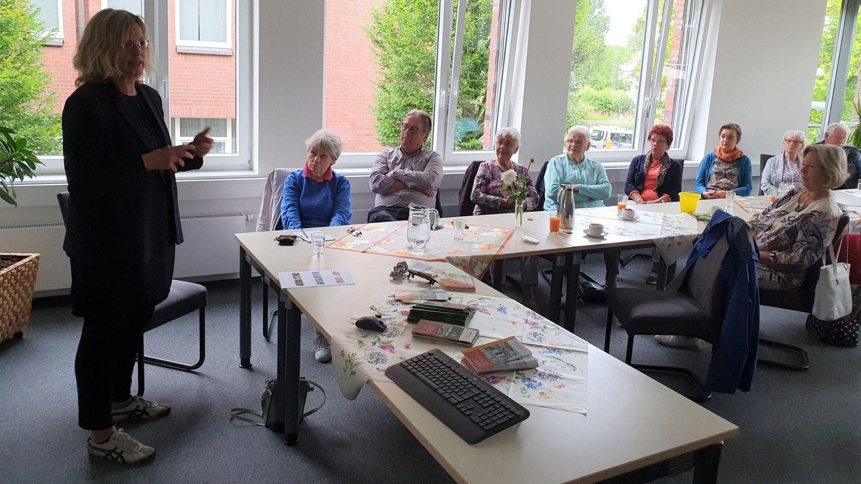 """Sprach ein letztes Mal bei den """"Machern"""": Die scheidende Museumsdorf-Direktorin Dr. Julia Schulte to Bühne (links) besuchte den Frühstückstreff.  Foto: Kessens"""