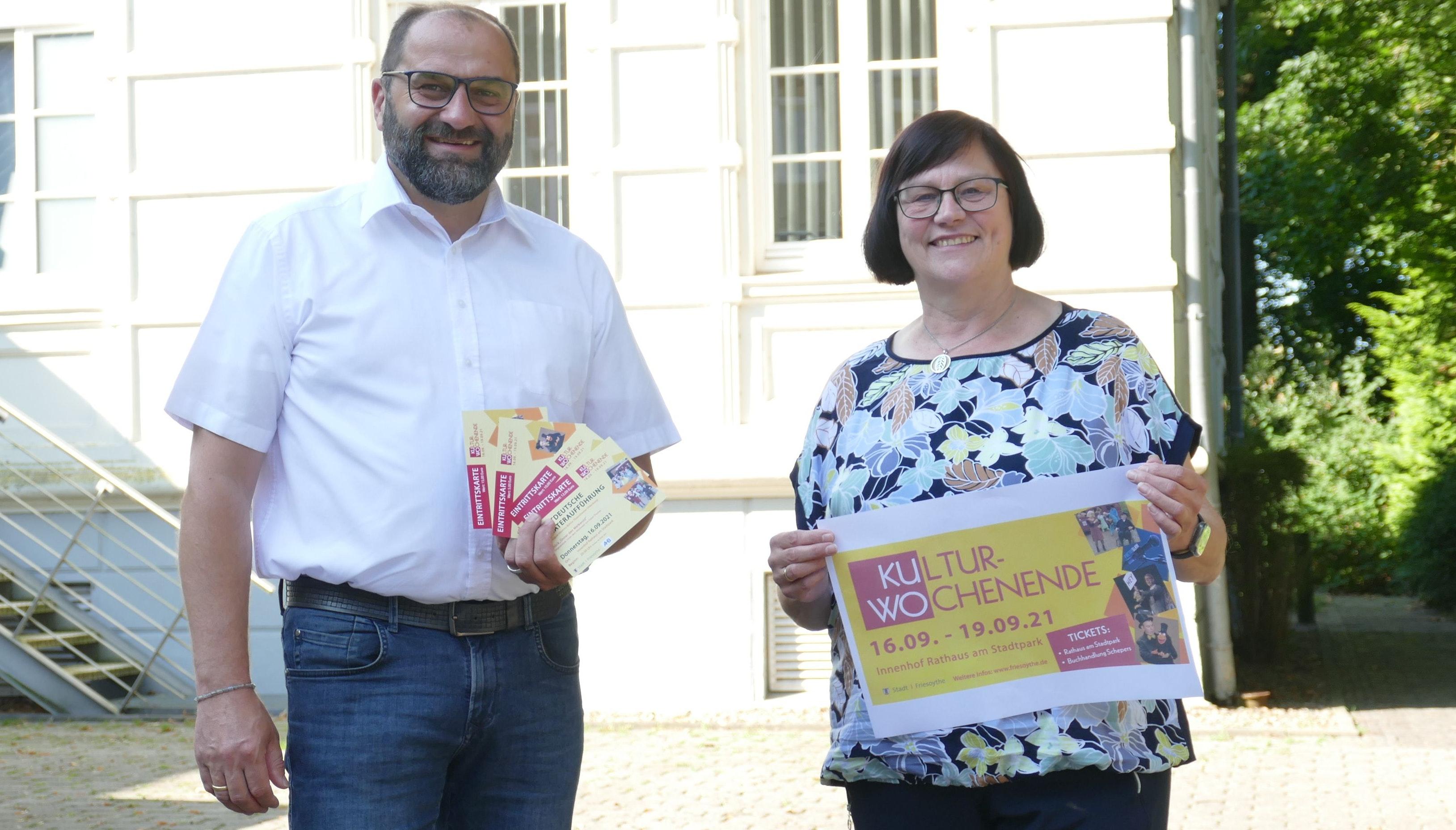 Das Friesoyther Kulturwochenende wird im Innenhof des Rathauses stattfinden. Petra Oltmann und Bürgermeister Sven Stratmann stellen am Ort des Geschehens das Programm vor. Foto: Stix