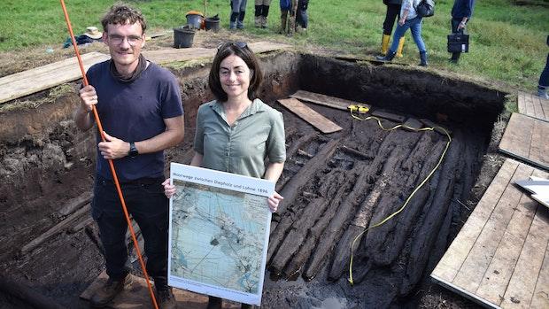 Wissenschaftler legen Bohlenweg aus der Jungsteinzeit im Moor frei