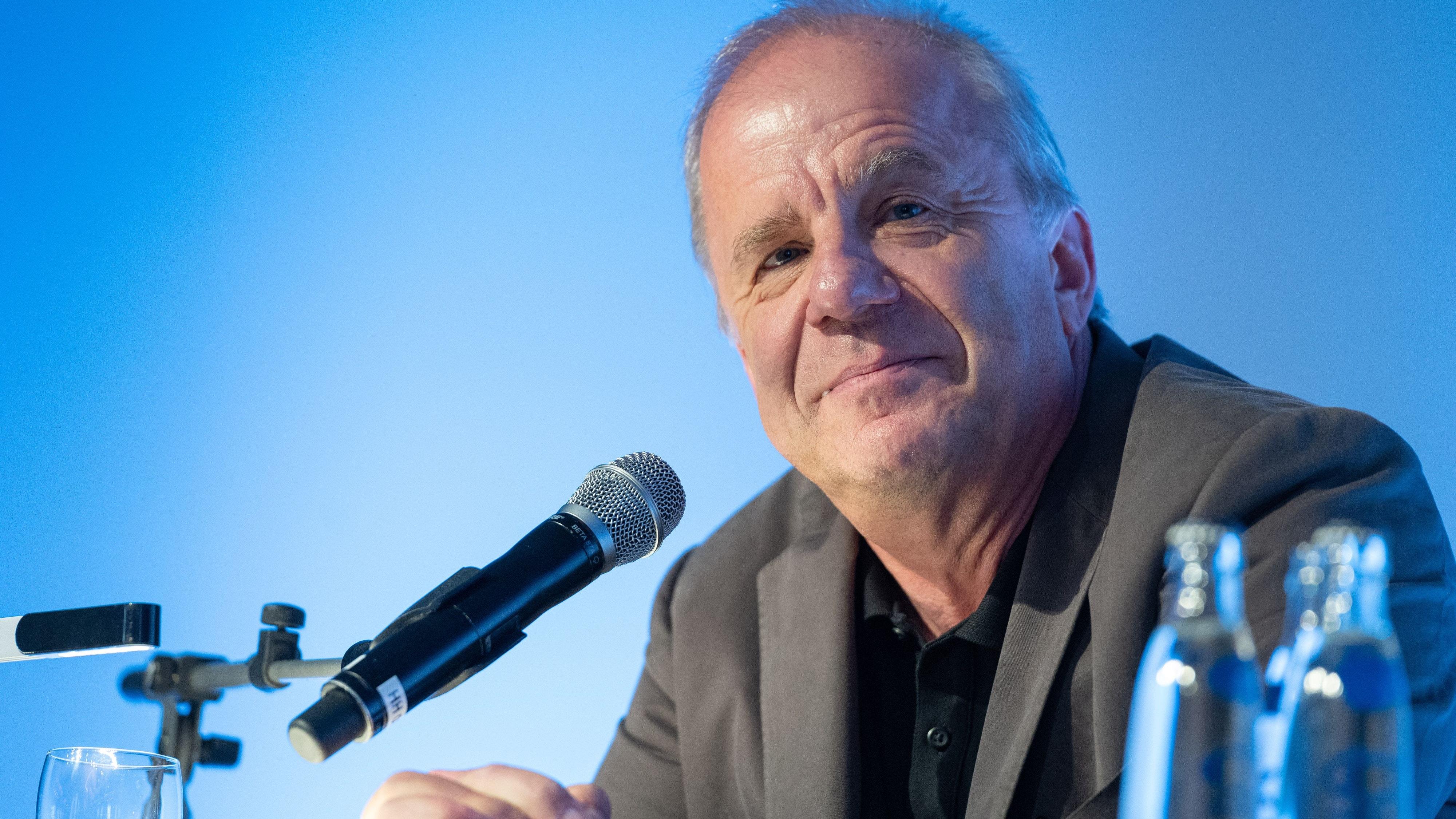 """Der Produzent, Autor und Gastgeber der NDR-Talkshow, Hubertus Meyer-Burckhardt, stellt in Visbek sein Buch """"Diese ganze Scheiße mit der Zeit"""" vor.  Foto: dpa/Gateau"""