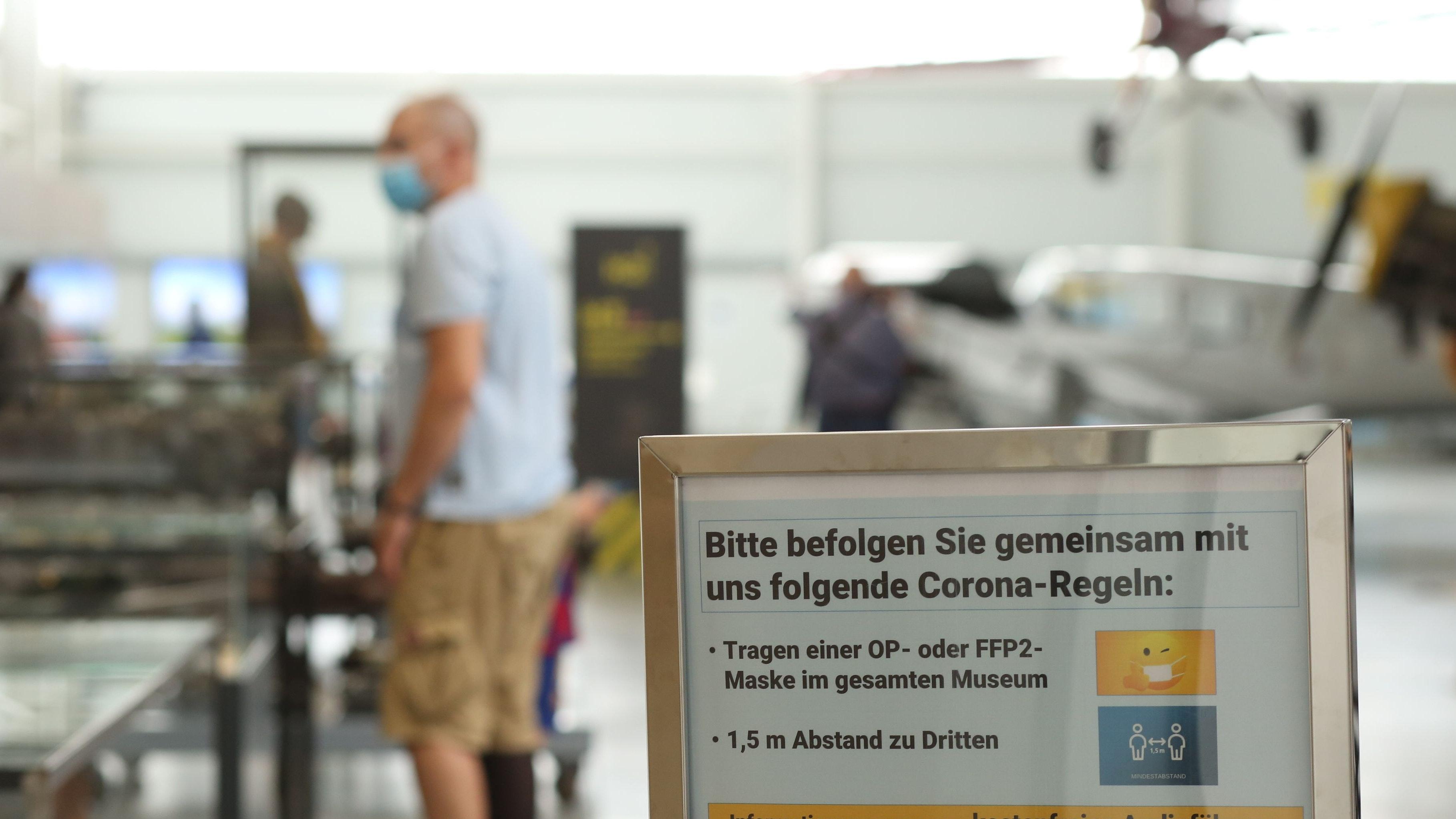 Bei der Abstands- und Maskenpflicht bleibt es auch in der neuen Corona-Verordnung des Landes Niedersachsen. Symbolfoto: dpa