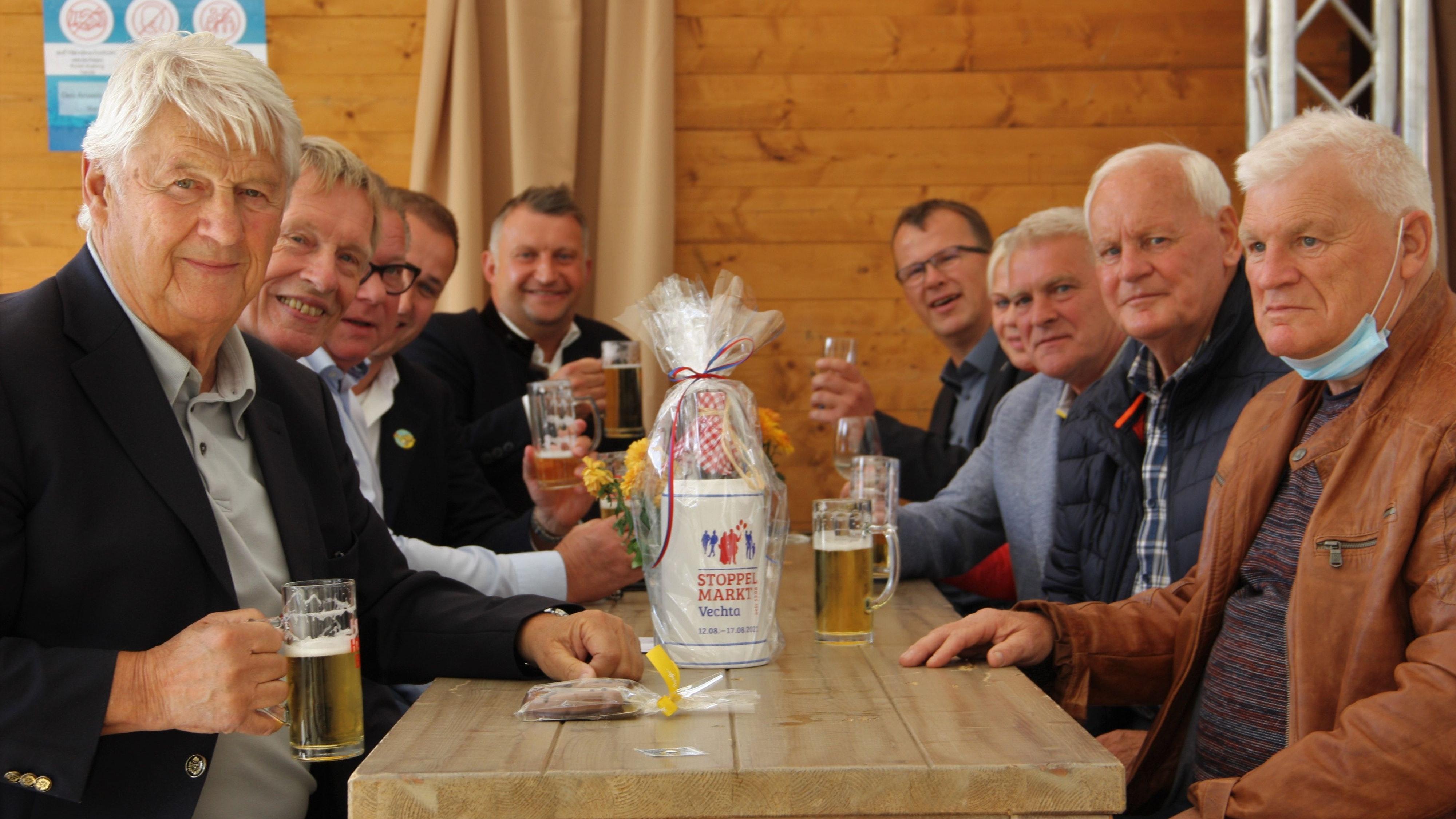 Lassen es sich schmecken: Jürgen Meyer (links, oben) Marvin Stratmann, Sven Lorenz,Karl-Heinz Wehry, Max Lorenz, Herbert Fischer (rechts, oben), Branca Kicnite, Gustav Meyer, Heinrich Meyer und Fritz Meyer.
