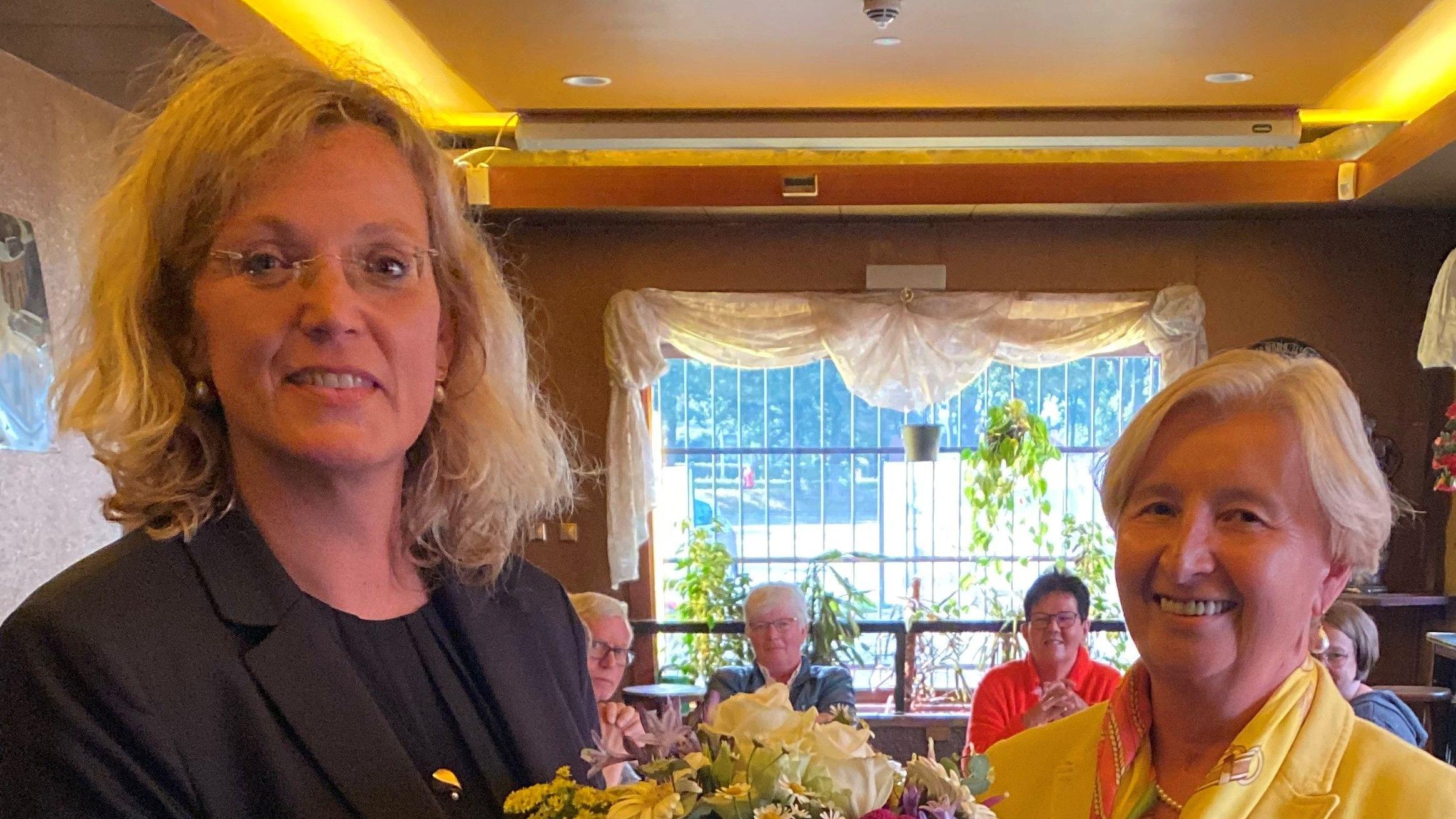 Ein vorerst letztes Treffen: Heimatbund-Geschäftsführerin Gisela Lünnemann (rechts) überreichte Dr. Julia Schulte to Bühne zum Abschied einen Blumenstrauß. Foto: Henneberg