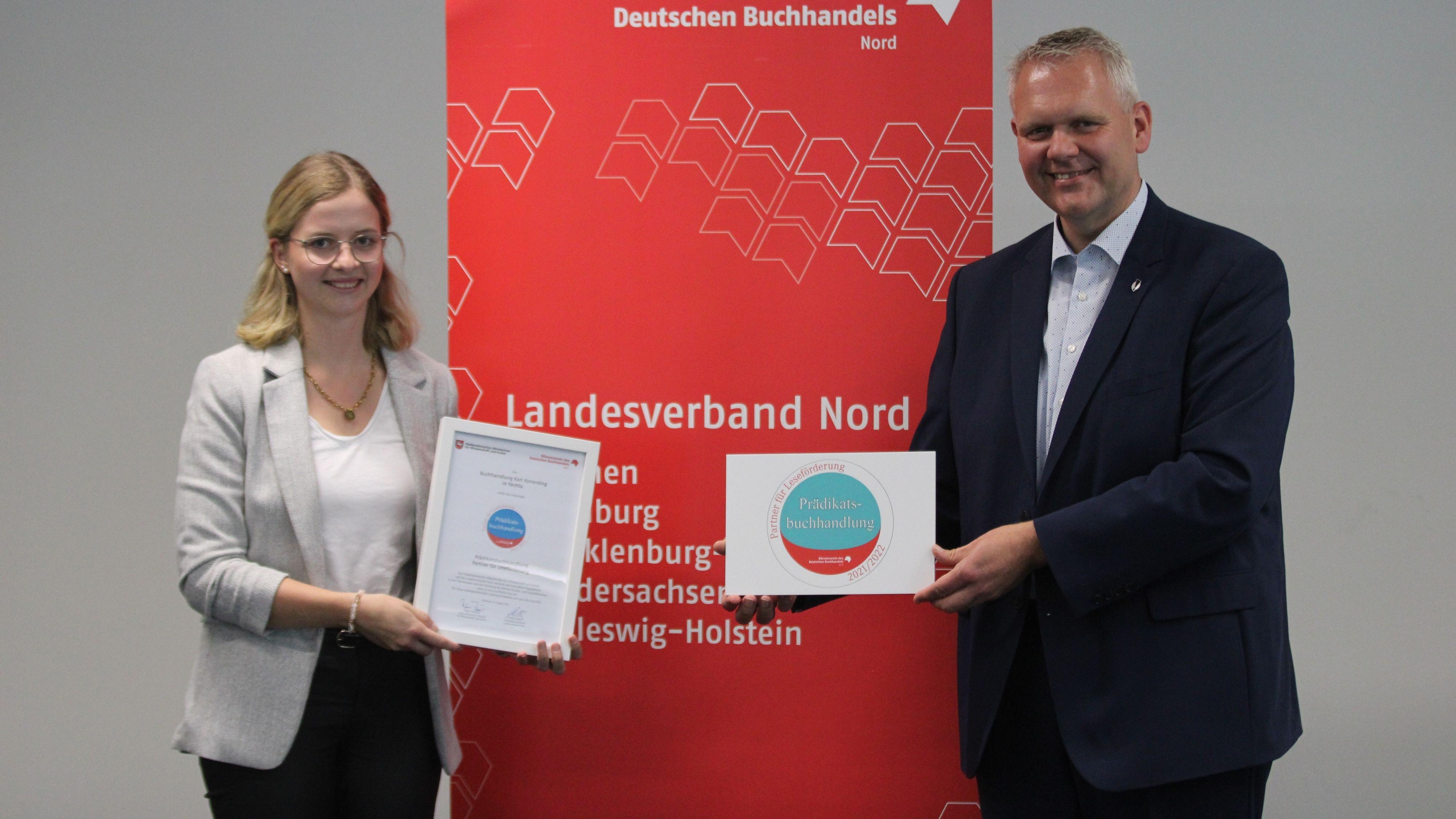 Die Auszeichnung wird alle 2 Jahre verliehen: die Buchhändlerin Laura Triphaus und Niedersachsens Kulturminister Björn Thümler. Foto:Niedersächsische Ministerium für Wissenschaft und Kultur