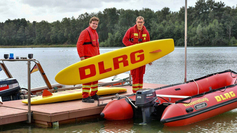 Mit dem Rettungsbrett: Die Dinklager DLRGler Marten Herzog (links) und Lukas Eller beim Überprüfen der Ausrüstung. Foto: Vollmer