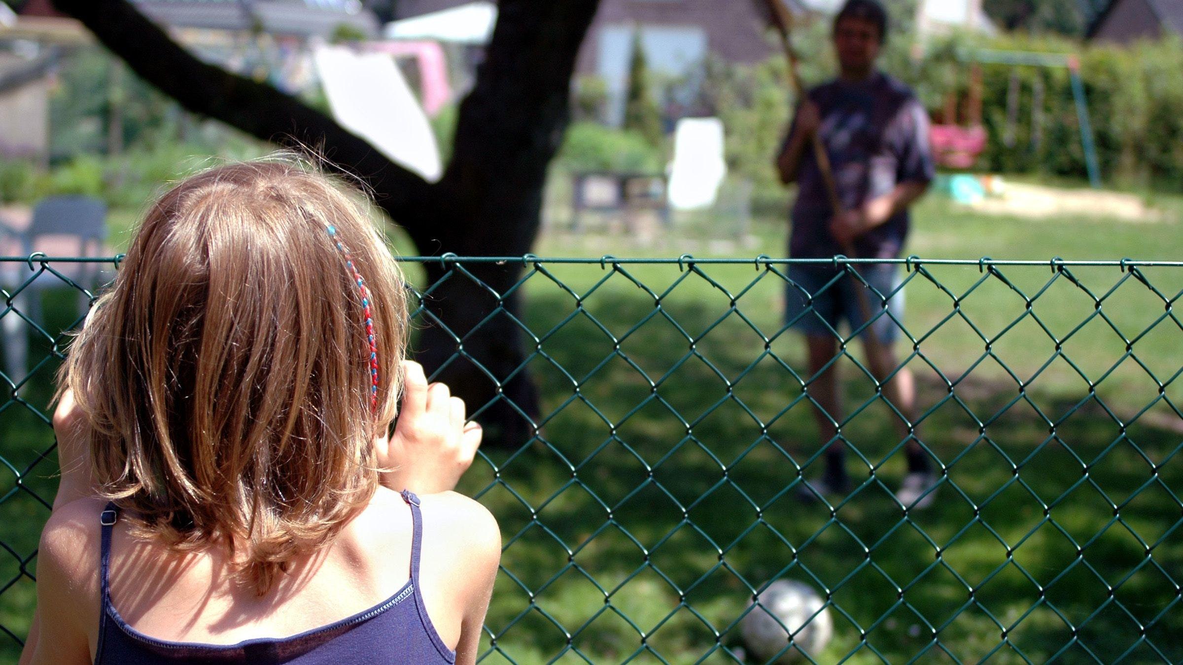 Streit zwischen Nachbarn: Wieder ist der Ball drüben – manch Bürger zieht wegen derartiger Vorfälle irgendwann vor Gericht. Symbolfoto: dpa/Schierenbeck
