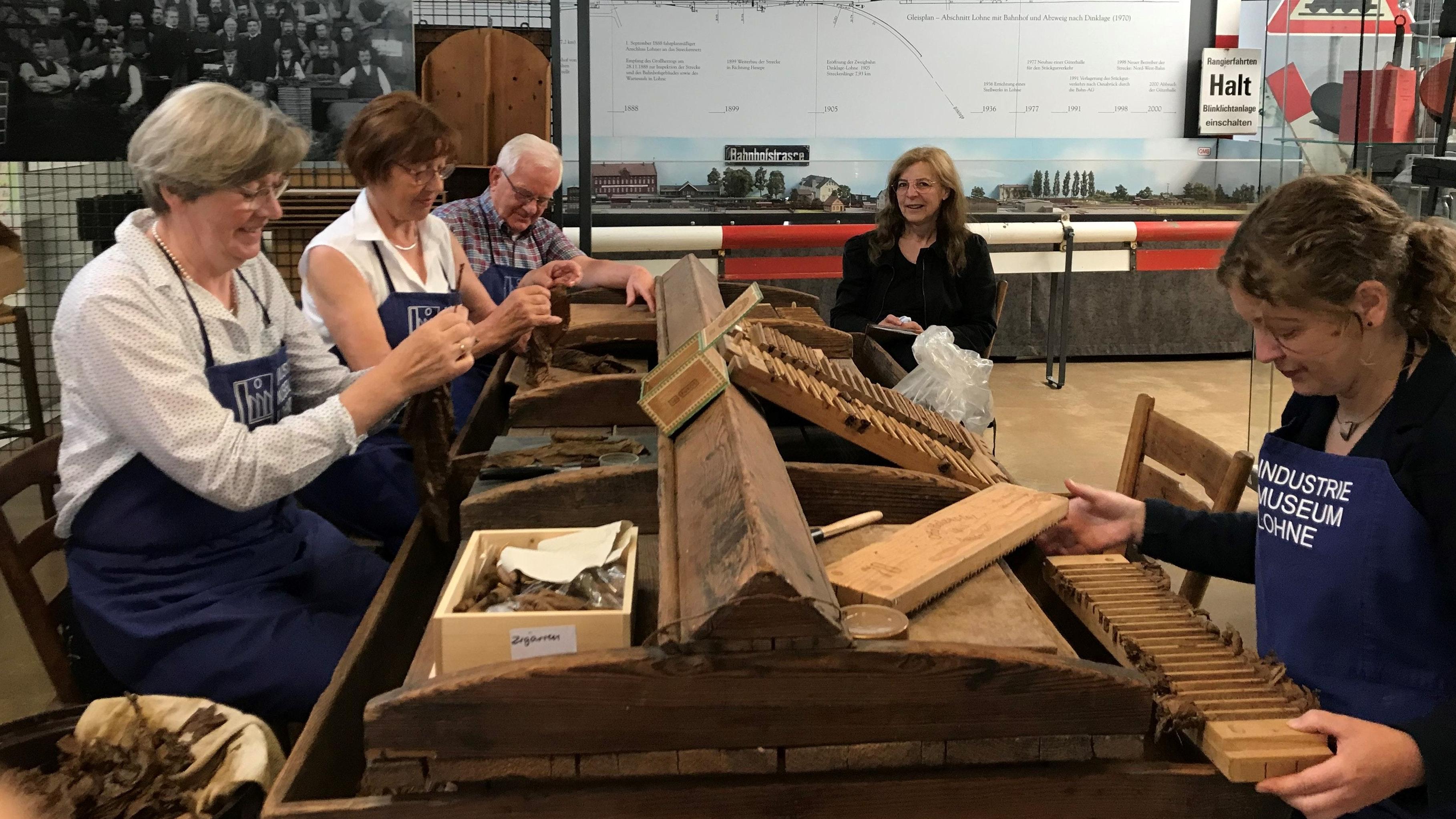 Stellen Zigarren her: (von links) Maria Quartmann, Hildegard Riesselmann, Herbert Pianta, Ulrike Hagemeier und Karin Brinkmann. Foto: Alidini