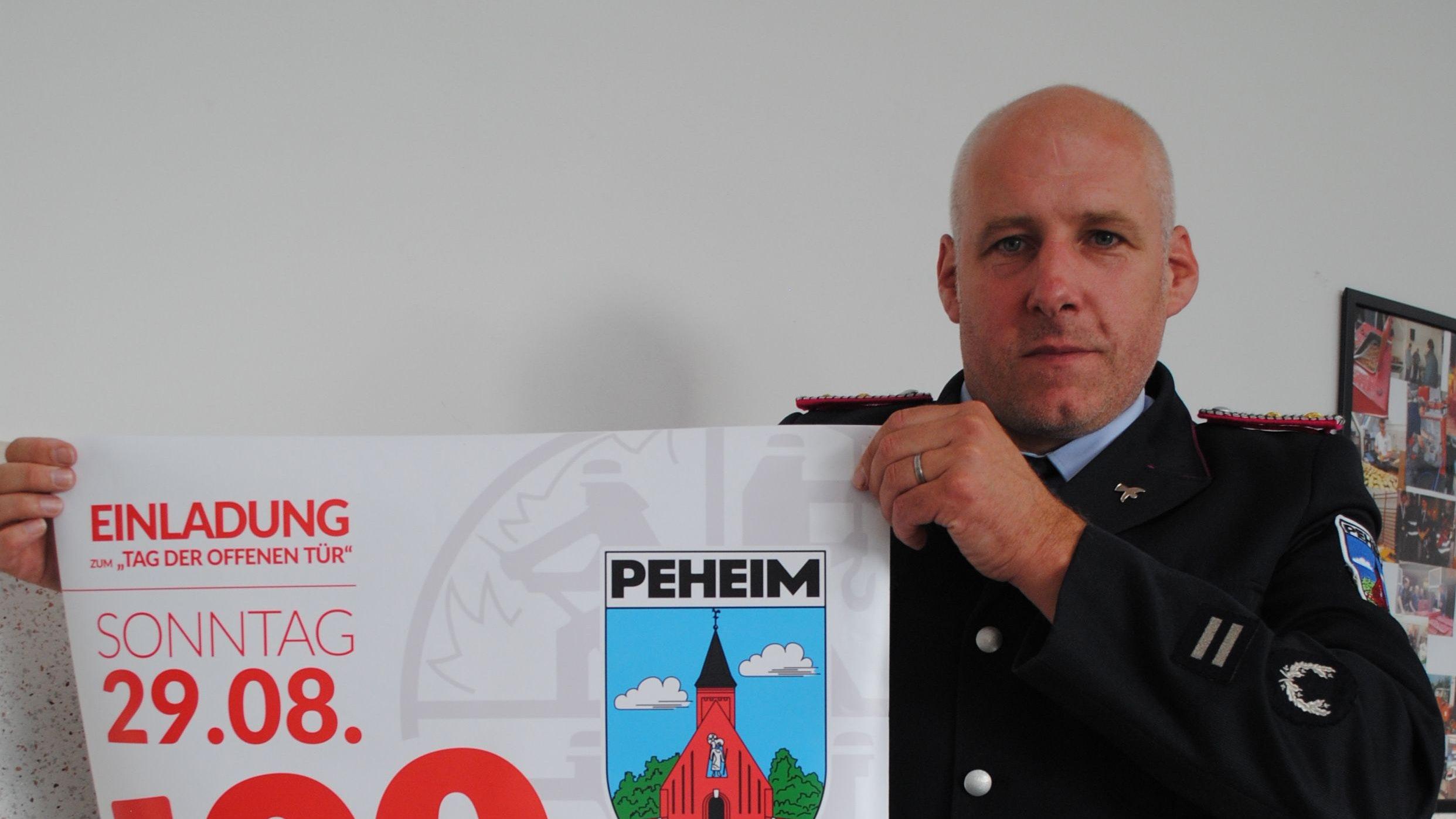 Werbung: Ortsbrandmeister Frank Stammermann lädt die Peheimer ein. Foto: Götting
