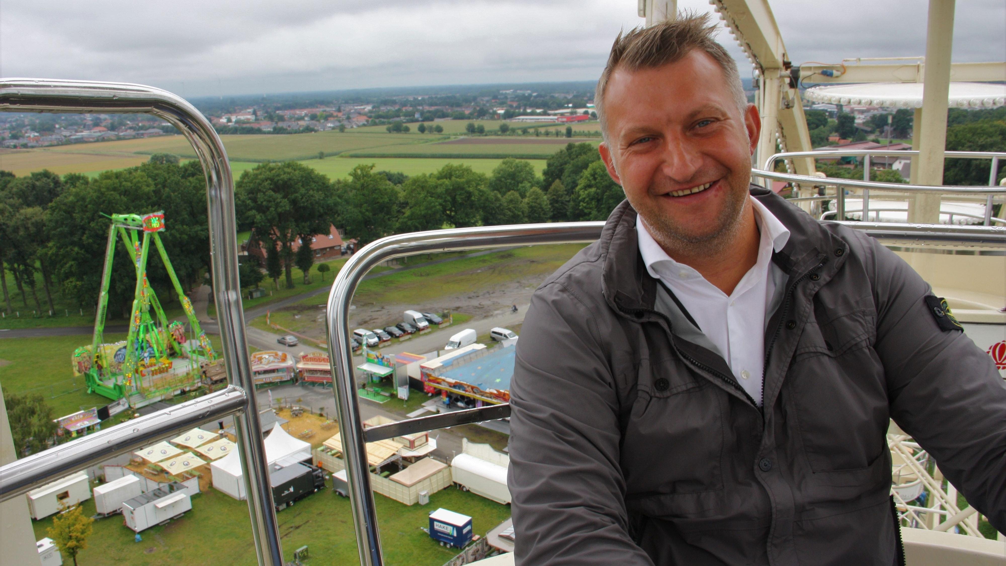 Freut sich über die vielen Besucher: der Vorsitzende des Vereins reisender Schausteller Jürgen Meyer. Foto: Bernhardt