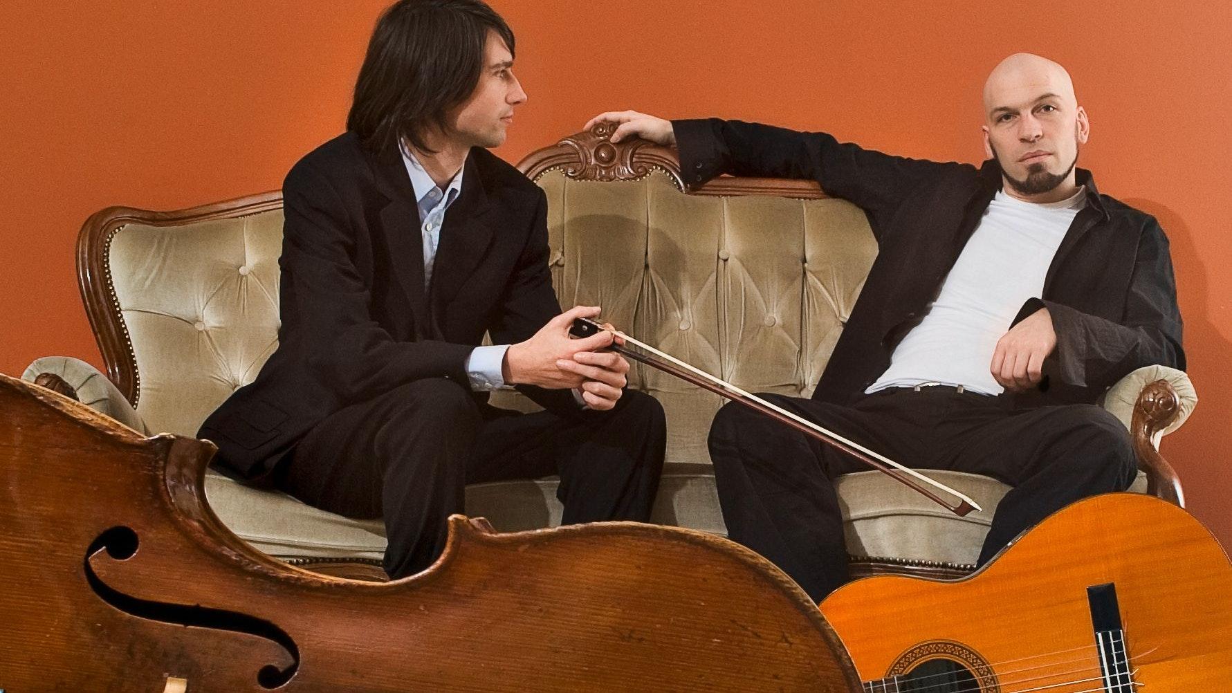 Experiment für 2: Cellist Benjamin Waldbrodt (von links) und Gitarrist Daniel Pircher spielen mit dem portugiesischen Fado. Pircher singt dazu Obertöne. Foto: run-united