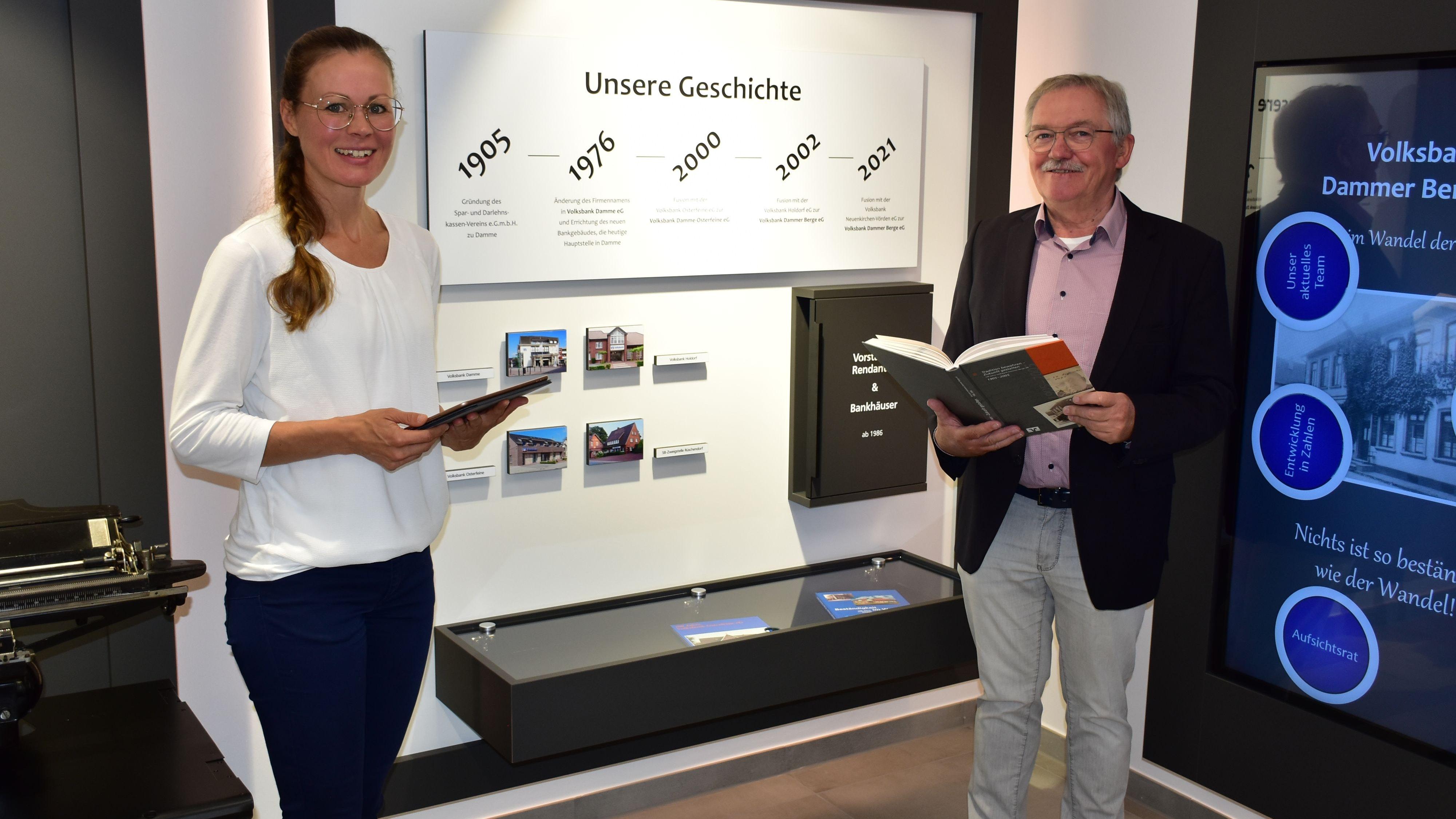 Viele Informationen rund ums Geld: Marion Brand und Heiko Bertelt finden die Ausstellung sehr gelungen. Foto: Lammert