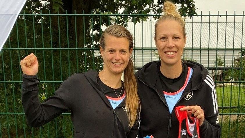 So sehen Siegerinnen aus: Nina Deepen (links) und Katharina Rathkamp gewannen das Turnier der Hamburger Meisterschaften. Deepen triumphierte zudem im Mixedwettbewerb. Foto: privat