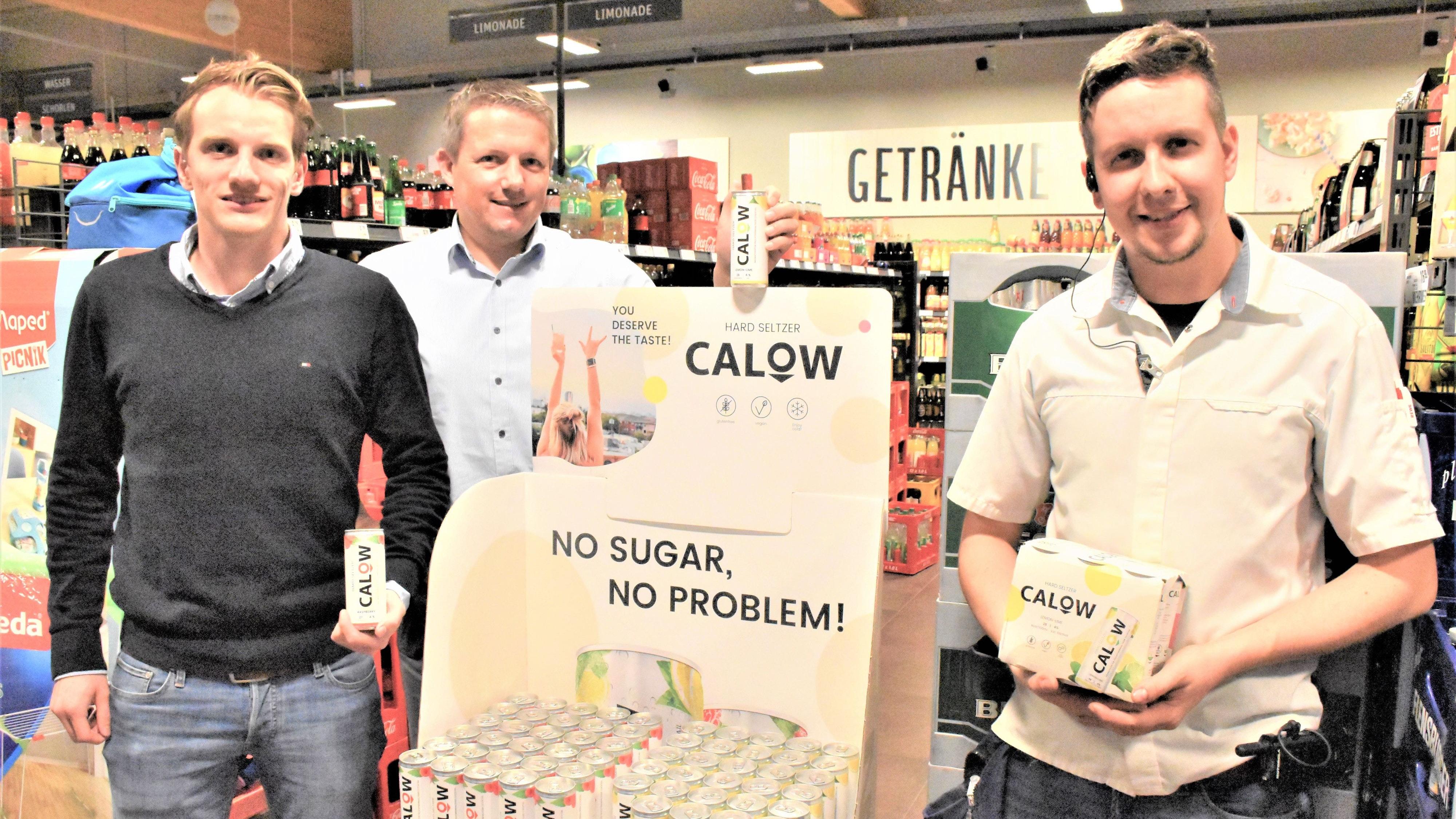 """Im Rewe-Markt in Vechta-Oythe: Benno Orschulik und Markus Diekmann sowie Marktleiter Pierre Kitscha (von links) präsentieren """"Calow Hard Seltzer"""".  Foto: Kühn"""
