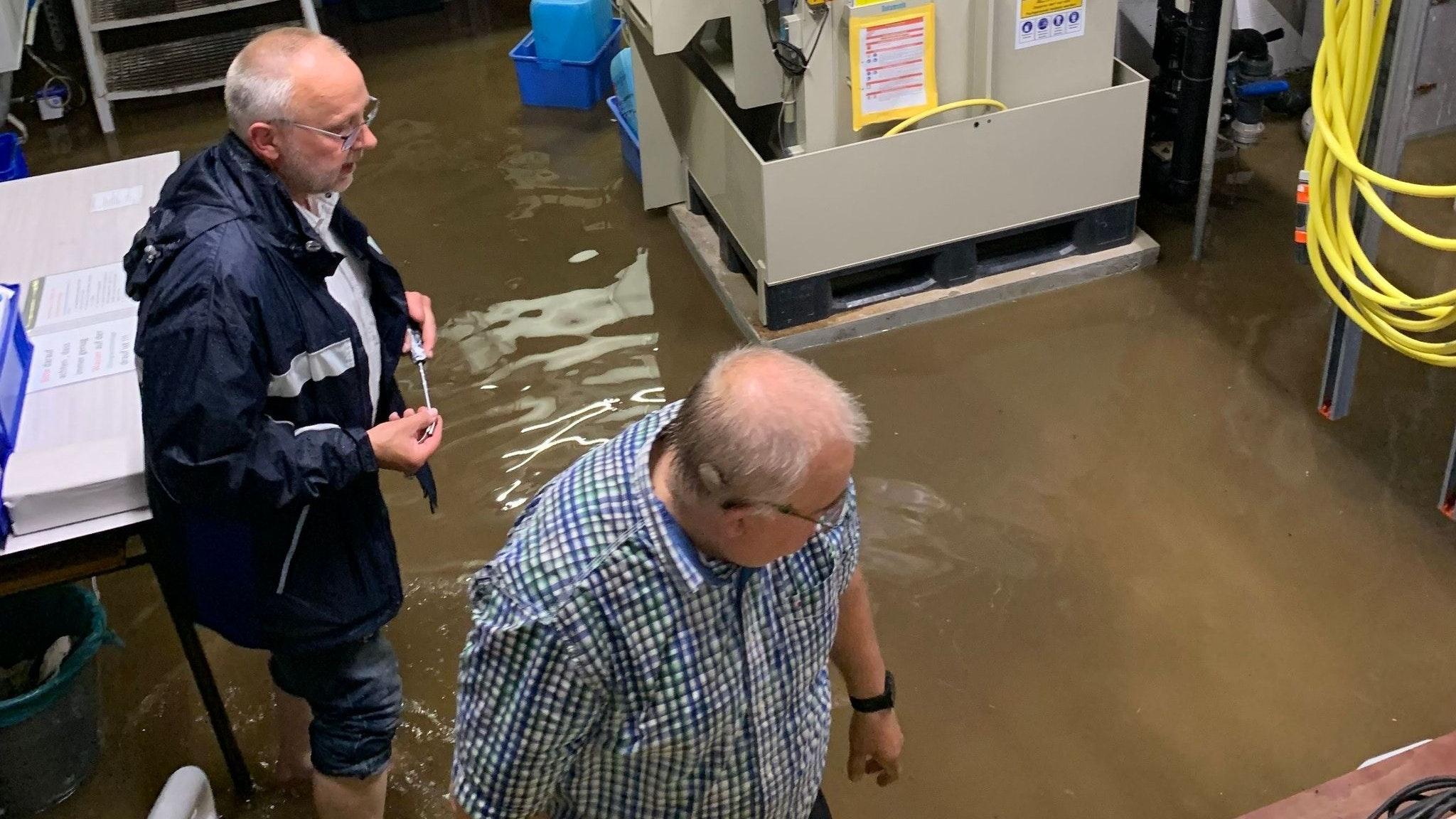 Einsatz in Bakum: Erst vor Kurzem hatte es in Bakum so stark geregnet, dass das Wasserüber die Schmutzwasserkanalisation den Technikraum des Hallenbades überschwemmte. Foto: Averbeck