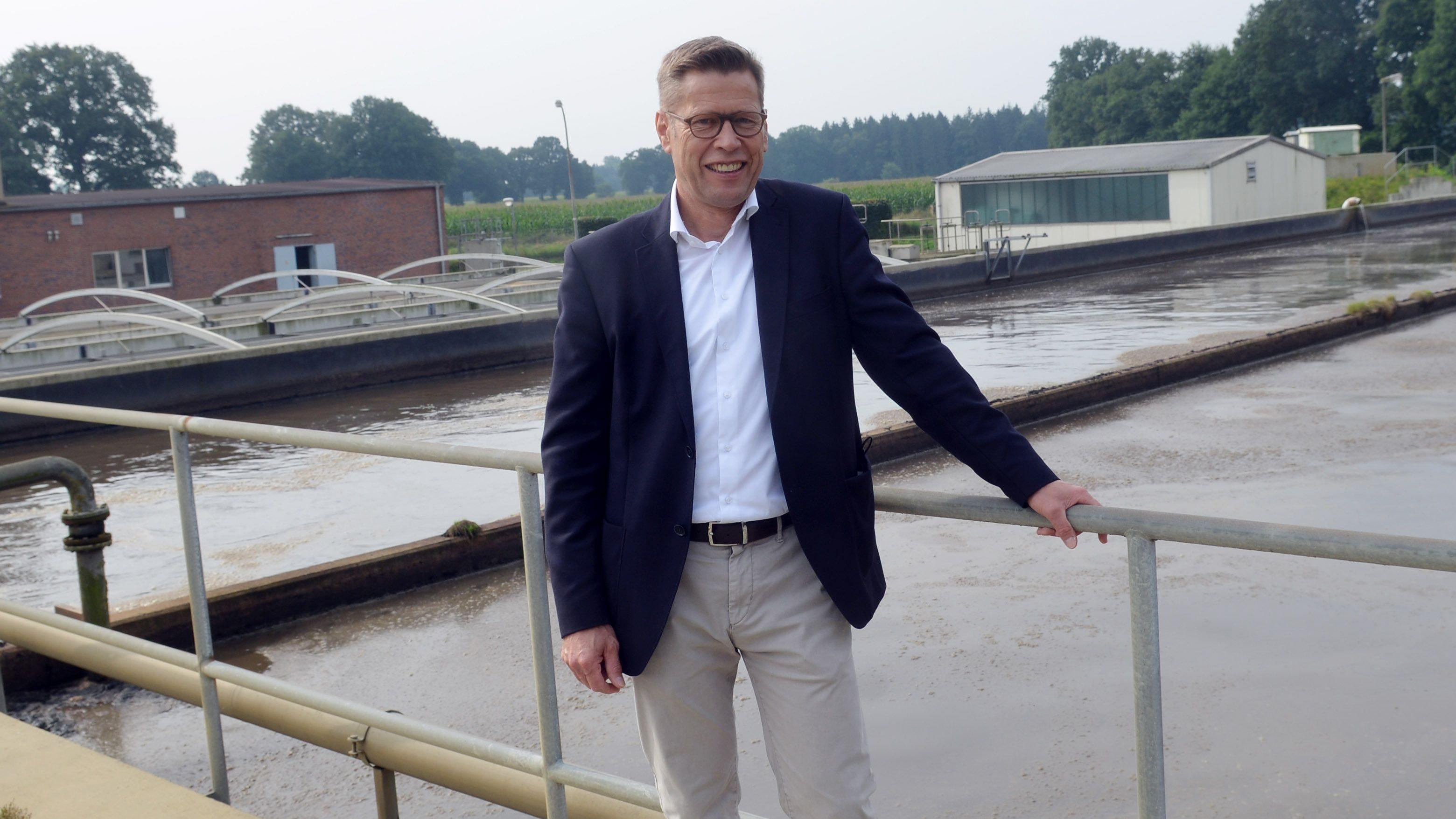 Wichtiges Projekt: Bürgermeister Marcus Willen auf der Kläranlage, die vom Energiefresser zum Lieferanten ausgebaut werden soll. Foto: Siemer