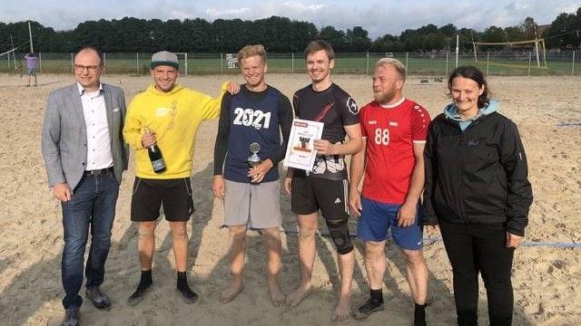 """Strahlende Gewinner: Garrels Bürgermeister Thomas Höffmann (links) und Natalie Hinxlage, Vorsitzende der TVC-Volleyballabteilung, zeichneten das Team """"Striker"""" aus. Während der Siegerehrung schien sogar die Sonne. Foto: TV Cloppenburg"""