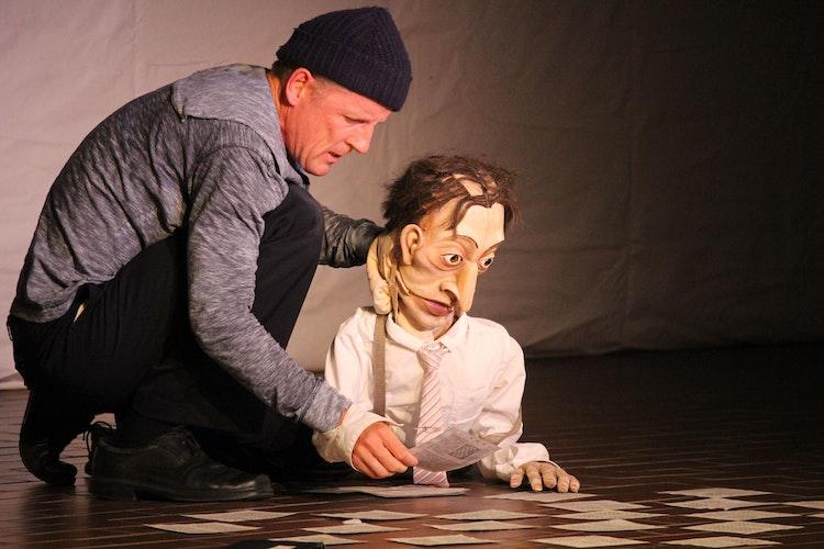 Sebastian Kautz schafft es, hinter seiner Figur zu verschwinden, sodass sich der Zuschauer ganz auf die Puppe – wie hier Dr. B. – konzentriert. Foto: Heinzel
