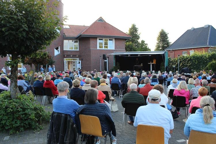 Hubertus Meyer-Burckhardt sorgte für mehr als einen Lacher während seiner Open-Air-Lesung in Visbek. Foto: Heinzel