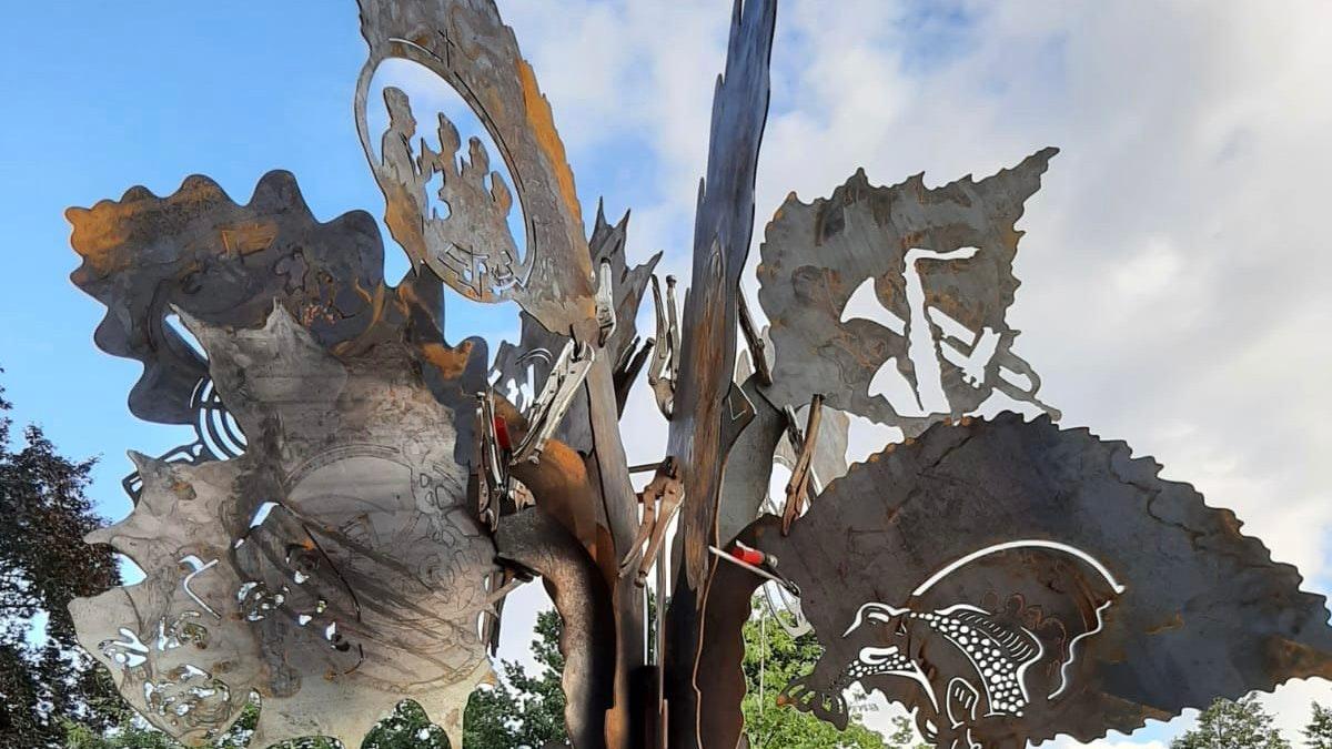 Ein Wahrzeichen in Neuscharrel: Die Blätter der Stele stehen für die Vereine im Ort. Foto: Werner