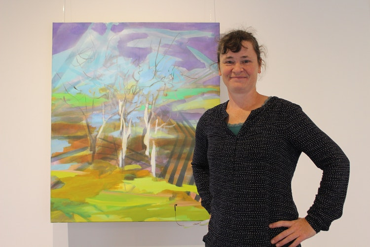 Katharina Ismer zeigt ihr Bild Die drei Birken im 1. Stock der Wassermühle. Foto: Heinzel