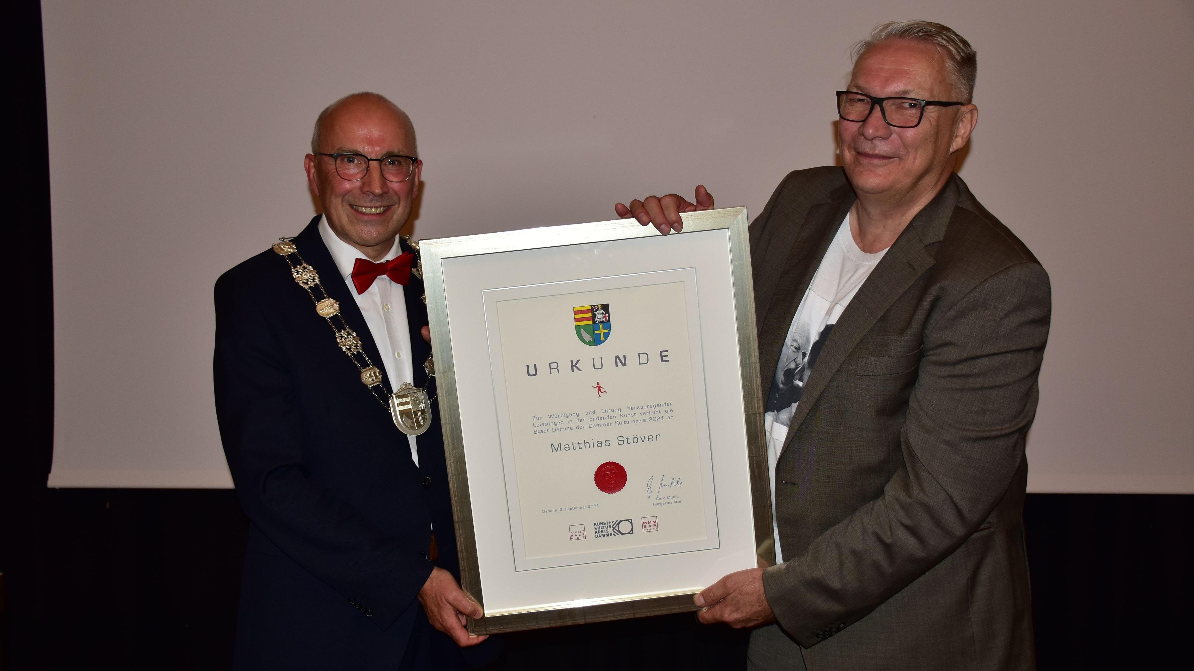 Der Laudator und der Ausgezeichnete: Gerd Muhle (links) überreichte Matthias Stöver die Urkunde, die er sich als Träger des Kulturpreises 2021 verdient hat. Foto: Lammert