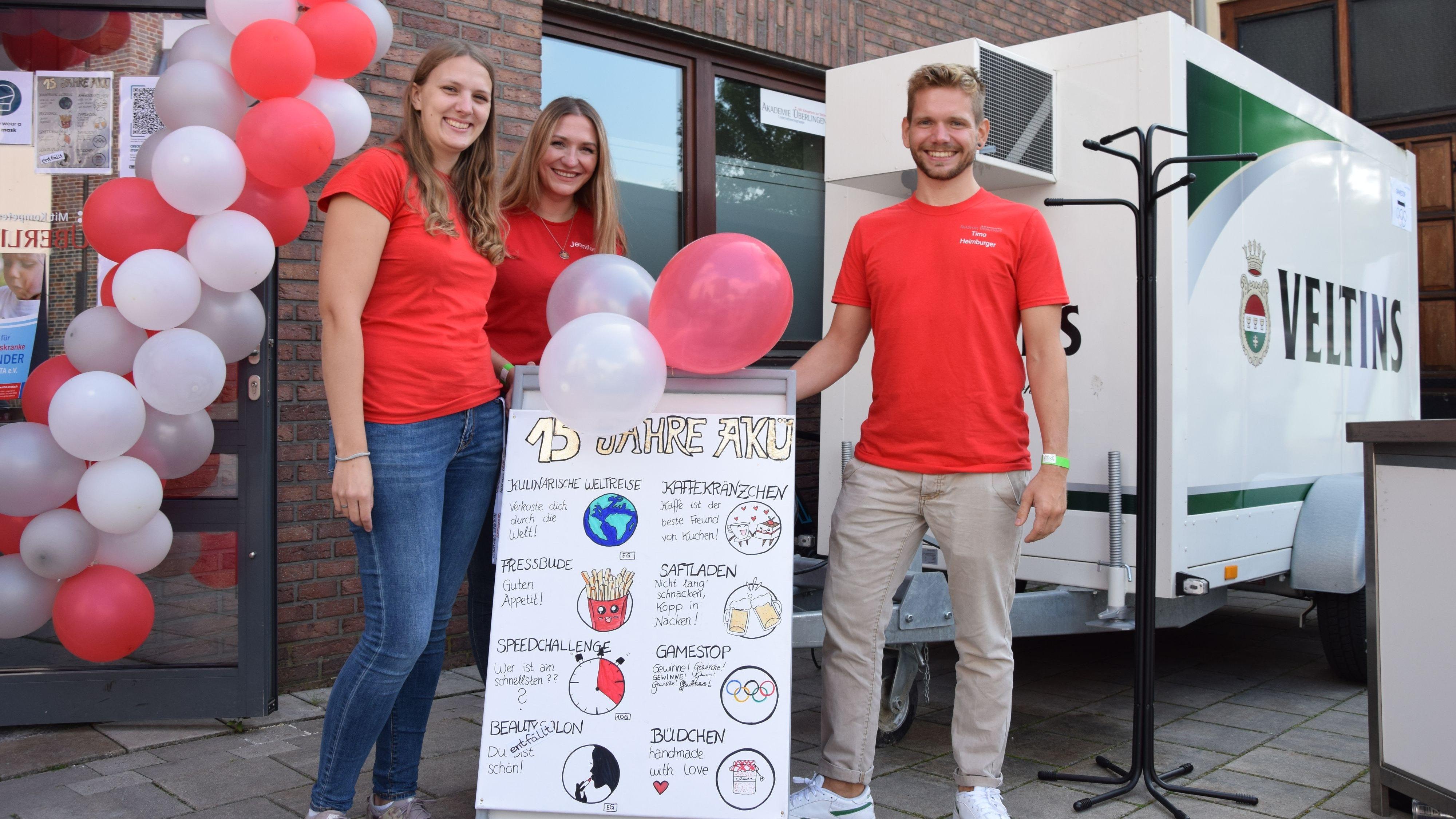 15 Jahre AKÜ: Anna Aszmons, Jennifer Ertel und Timo Heimburger (von links) präsentieren die verschiedenen Geburtstagsaktionen. Foto: Hahn