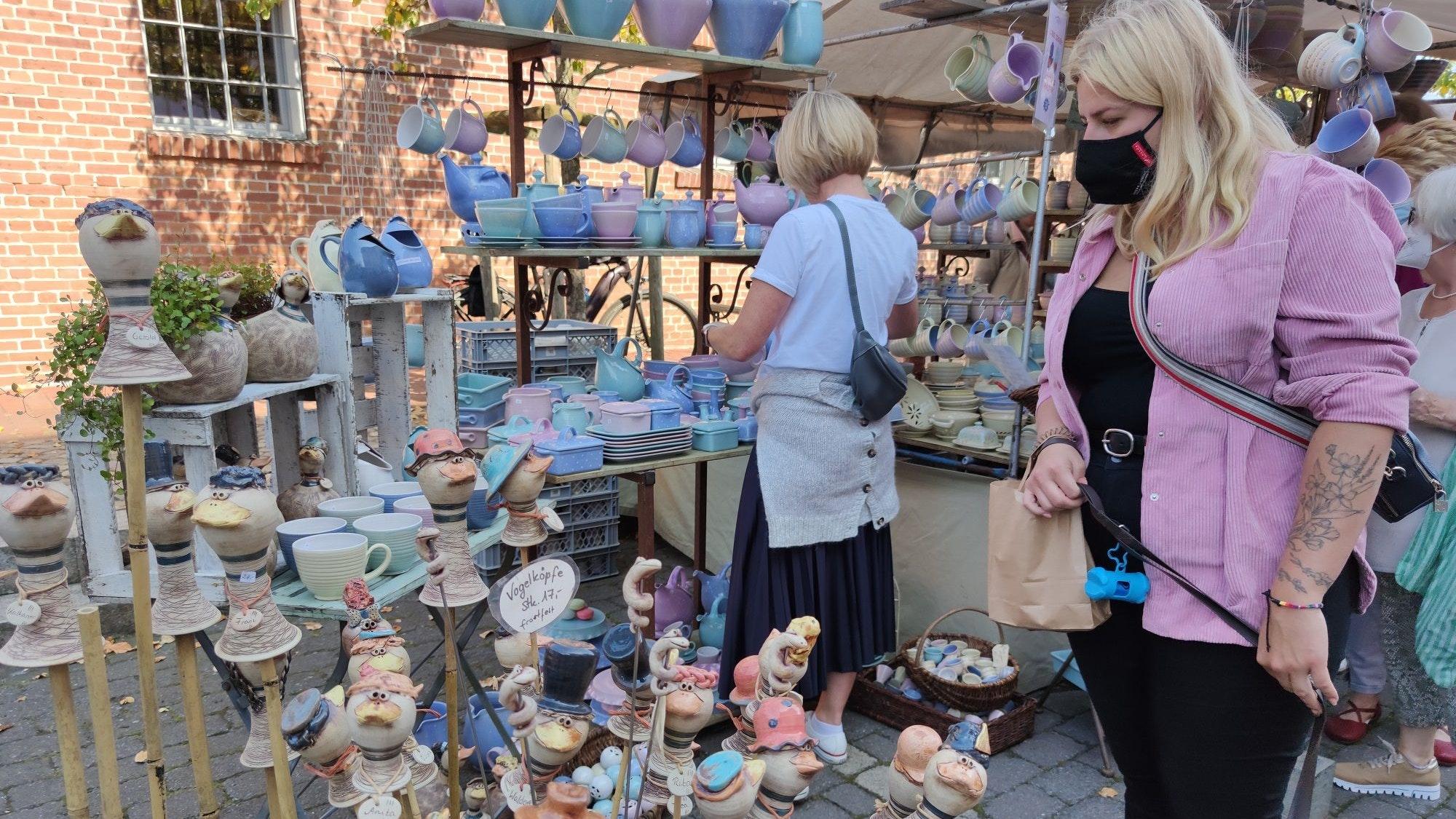 Alles echte Handarbeit: Auf dem mittlerweile 37. Töpfermarkt in Damme gab es gestern höchst anspruchsvolle Arbeiten und Unikate zu bestaunen. Foto: Röttgers