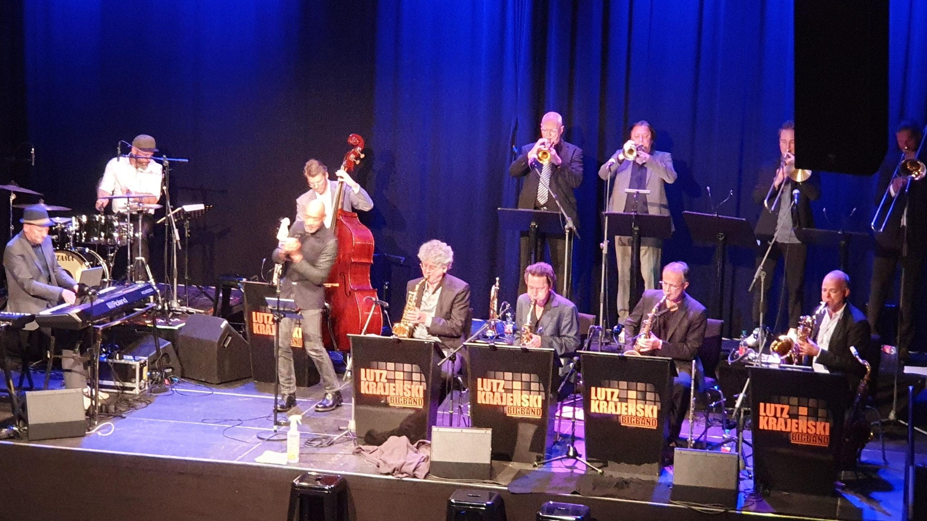 Endlich wieder auf der Bühne: Bandleader Lutz Krajenski am Keyboard mit seinem Orchester und Sänger Ken Norris. Foto: Kessens