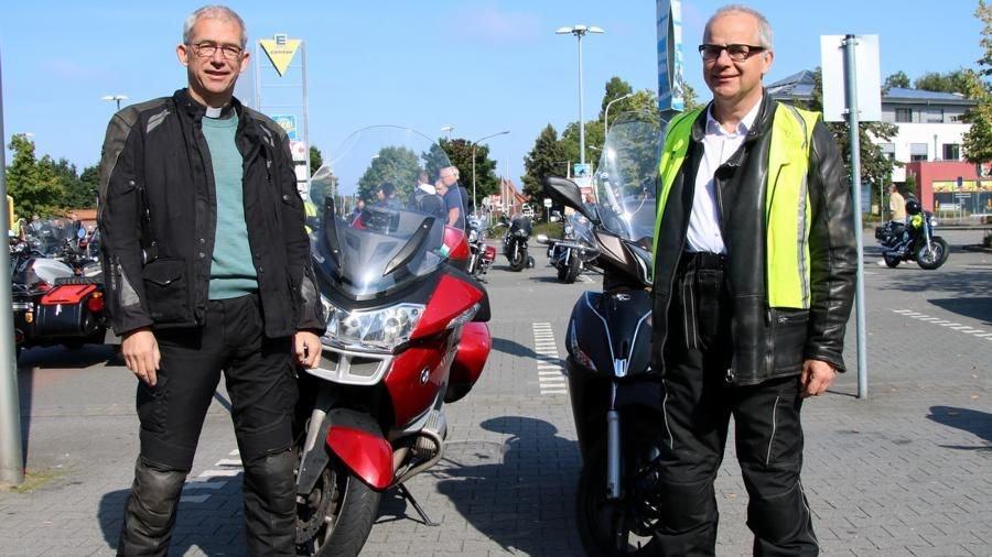 Geistliche auf 2 Rädern dabei: Pfarrer Michael Kenkel (links) und Pastor Christian Jaeger (St. Michael). Foto: Steinke