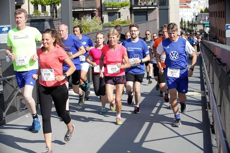 Ein buntes Feld: Teilnehmer des Hauptlaufs über 11,6 Kilometer auf dem Weg hinaus aus der Stadt.